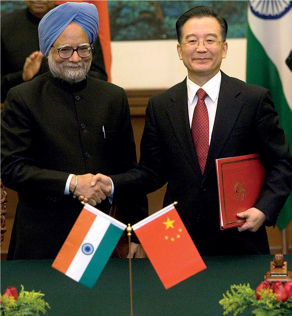 Intian pääministeri Manmohan Singh (vas.) ja Kiinan silloinen pääministeri Wen Jiabao vahvistivat maittensa suhteita valtiovierailulla Pekingissä 2008. // Wikimedia Commons