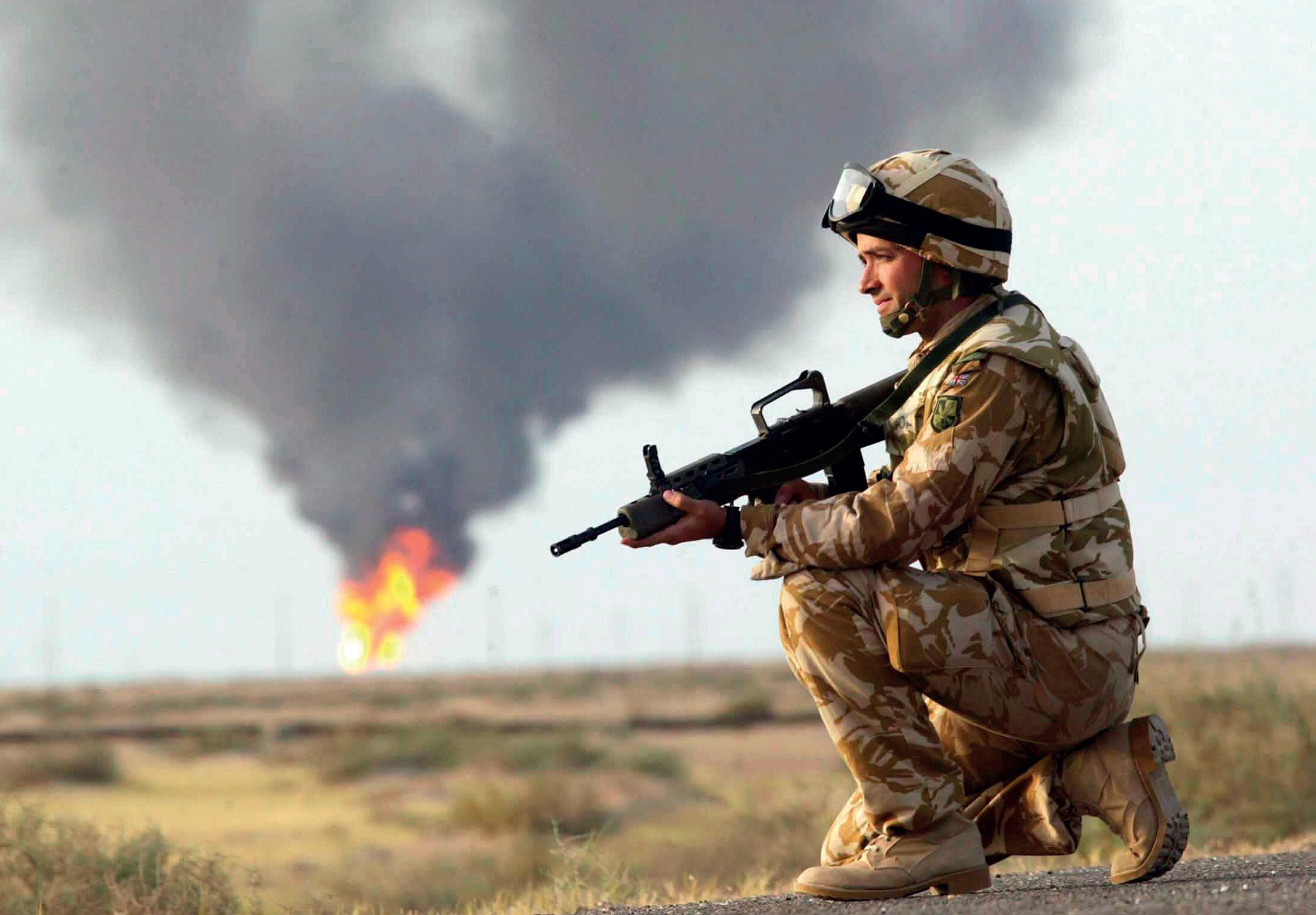 Yhdysvaltain armeija valloitti Irakin nopeasti vuonna 2003. Irakilaiset sytyttivät vetäytyessään öljylähteitä palamaan. KUVA: GAMMA/IAN JONES/SKOY