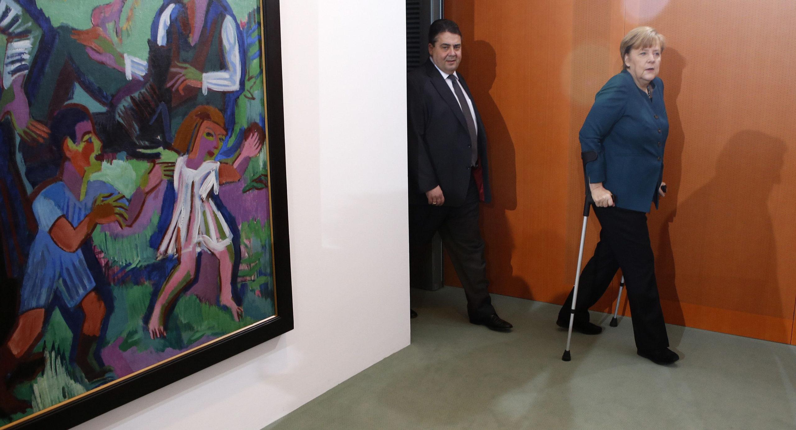 Liittokansleri Angela Merkel johtaa Saksaa. SPD:n johtaja, talousministeri Sigmar Gabriel kulkee kannoilla.