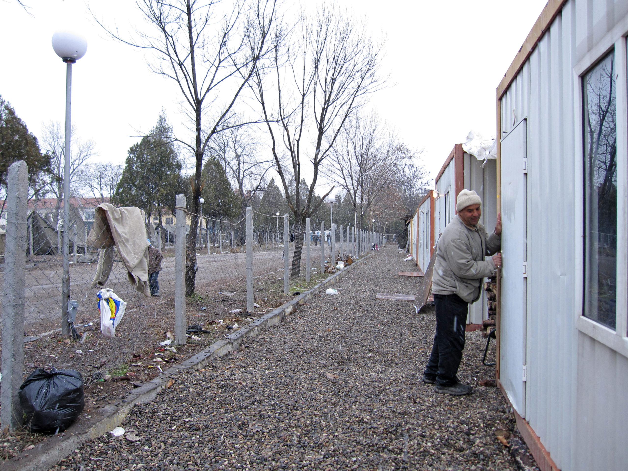 Harmanlin leirillä Bulgariassa syyrialaispakolaiset on majoitettu pieniin parakkeihin.