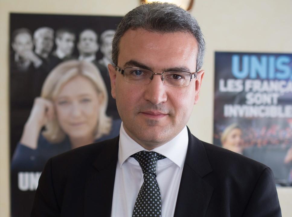 Ranskan kansallisen rintaman europarlamentaarikko Aymeric Chauprade vaihtaisi Yhdysvallat Venäjään Euroopan tärkeimpänä kumppanina. Julisteessa takana puolueen puheenjohtaja Marine Le Pen.