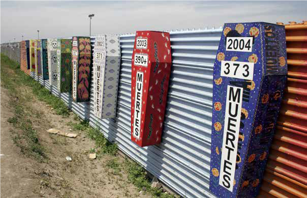 Meksikon Tijuanassa rajaaitaan on kiinnitetty arkkuja, joissa kerrotaan, kuinka monta ihmistä kunakin vuonna on kuollut pyrittyään rajan yli Yhdysvaltoihin.//Tomas Cast elazo / Wikimedia Commons