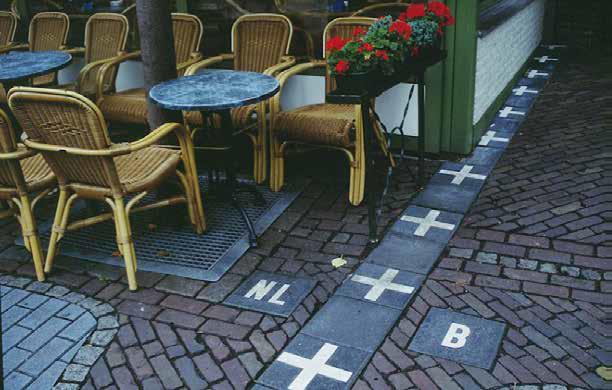Hollannin ja Belgian raja kulkee terassin vieressä Baarlen kaupungissa. // Jérôme Kunegis / Wikimedia Commons