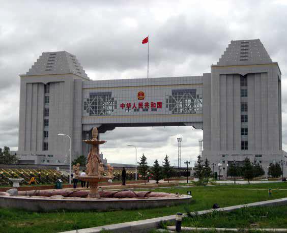 Venäjälle vievä portti pohjoiskiinalaisessa Manzhoulin kaupungissa. // NocturneNoir / Wikimedia Commons