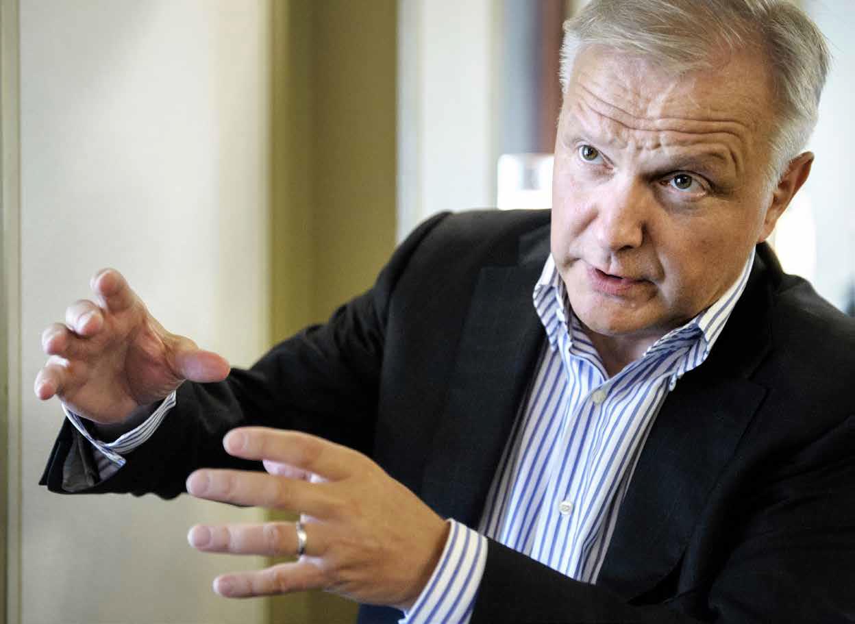 """Perhe ja harrastukset ovat Olli Rehnille tärkeitä. """"Vaikka tehdään pitkää päivää, niin en juurikaan käy perinteiseen diplomatiaan kuuluvilla vastaanotoilla tai pitkillä päivällisillä"""", hän sanoo."""