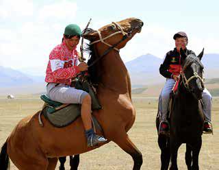 PAIMENTOLAISKANSA. Monet kirgiisi perheet viettävät kesät vuoriylängöillä lampaita ja hevosia paimentaen.