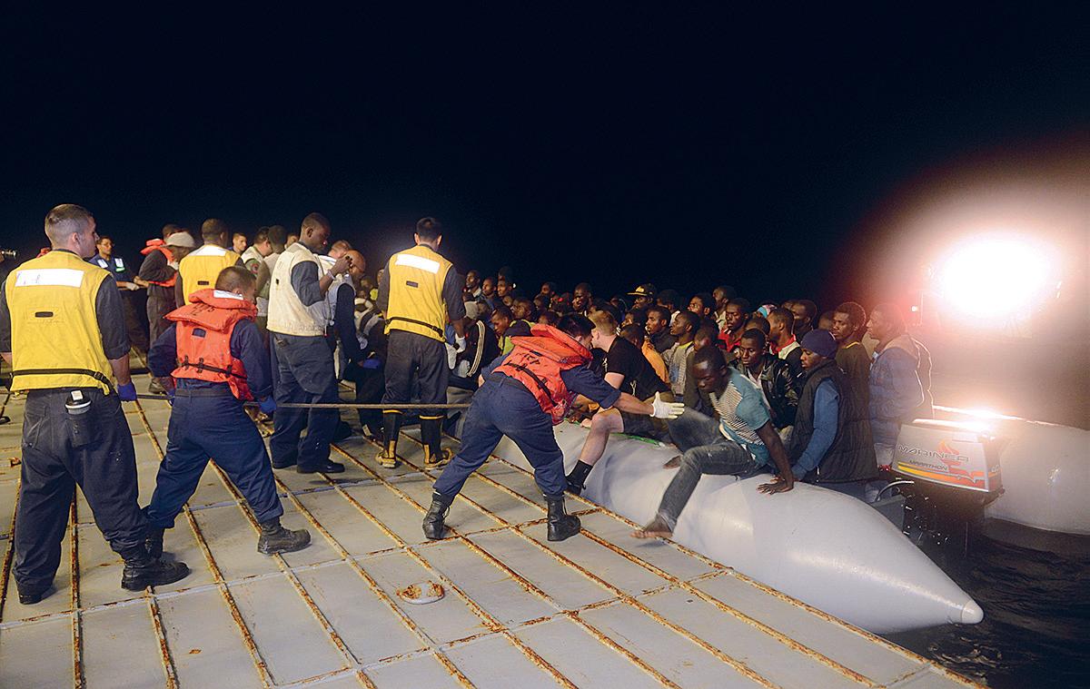 Yhdysvaltain merivoimat avusti veden varaan joutuneiden siirtolaisten pelastamisessa Maltan edustalla kesäkuussa 2014.