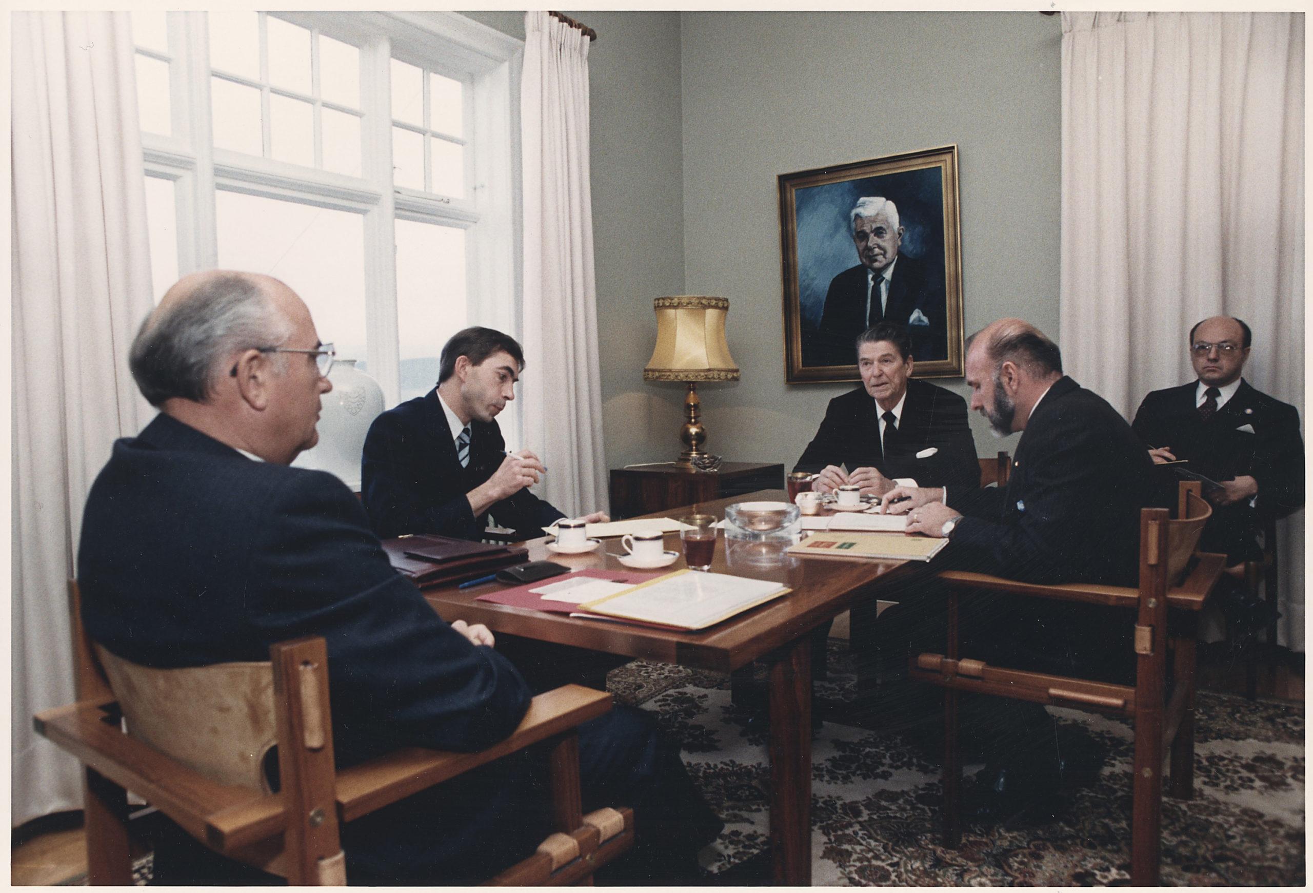 Yhdysvaltain presidentti Ronald Reagan (kesk.) ja Neuvostoliiton kommunistisen puolueen pääsihteeri Mihail Gorbatšov (selin) neuvottelivat muun muassa ydinaseiden vähentämisestä Reykjavikissa lokakuussa 1986. // KUVA: WIKIMEDIA COMMONS