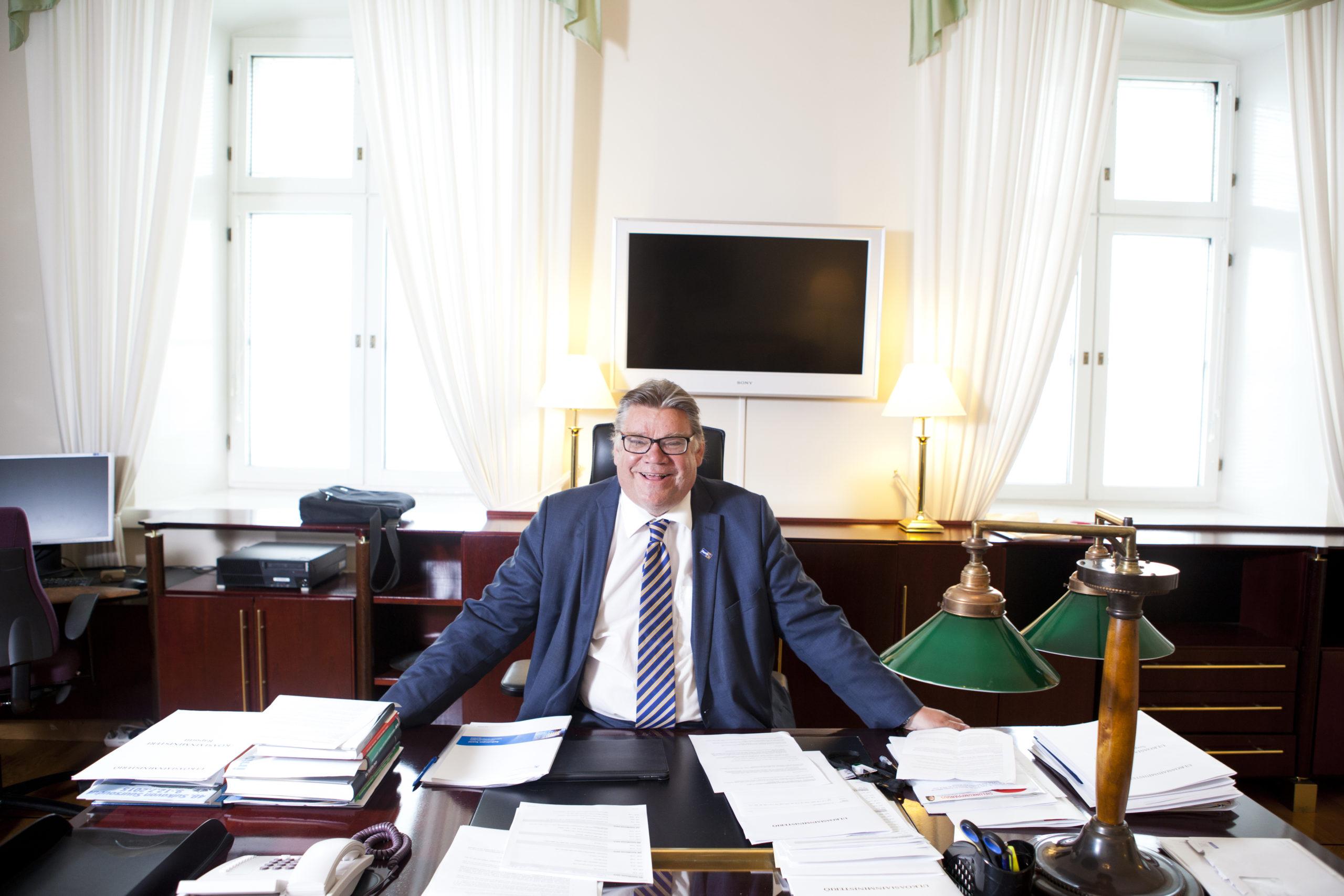 Uusi ulkoministeri nauttii oltavistaan Merikasarmilla. Työhuoneen ikkunoista avautuu näkymä Katajanokan jäänmurtajille ja merelle.