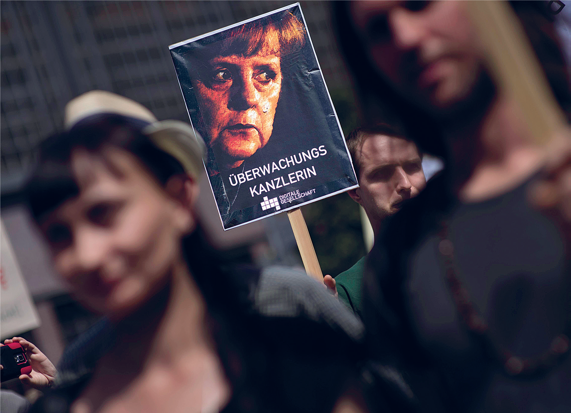 Ei. Berliinissä osoitettiin viime kesänä mieltä Netzpolitik.org-sivuston saamia maanpetossyytteitä vastaan. Mielenosoittajan kyltissä Angela Merkeliä kutsuttiin tarkkailukansleriksi. // KUVA: IMAGO/IPON/ALL OVER PRESS