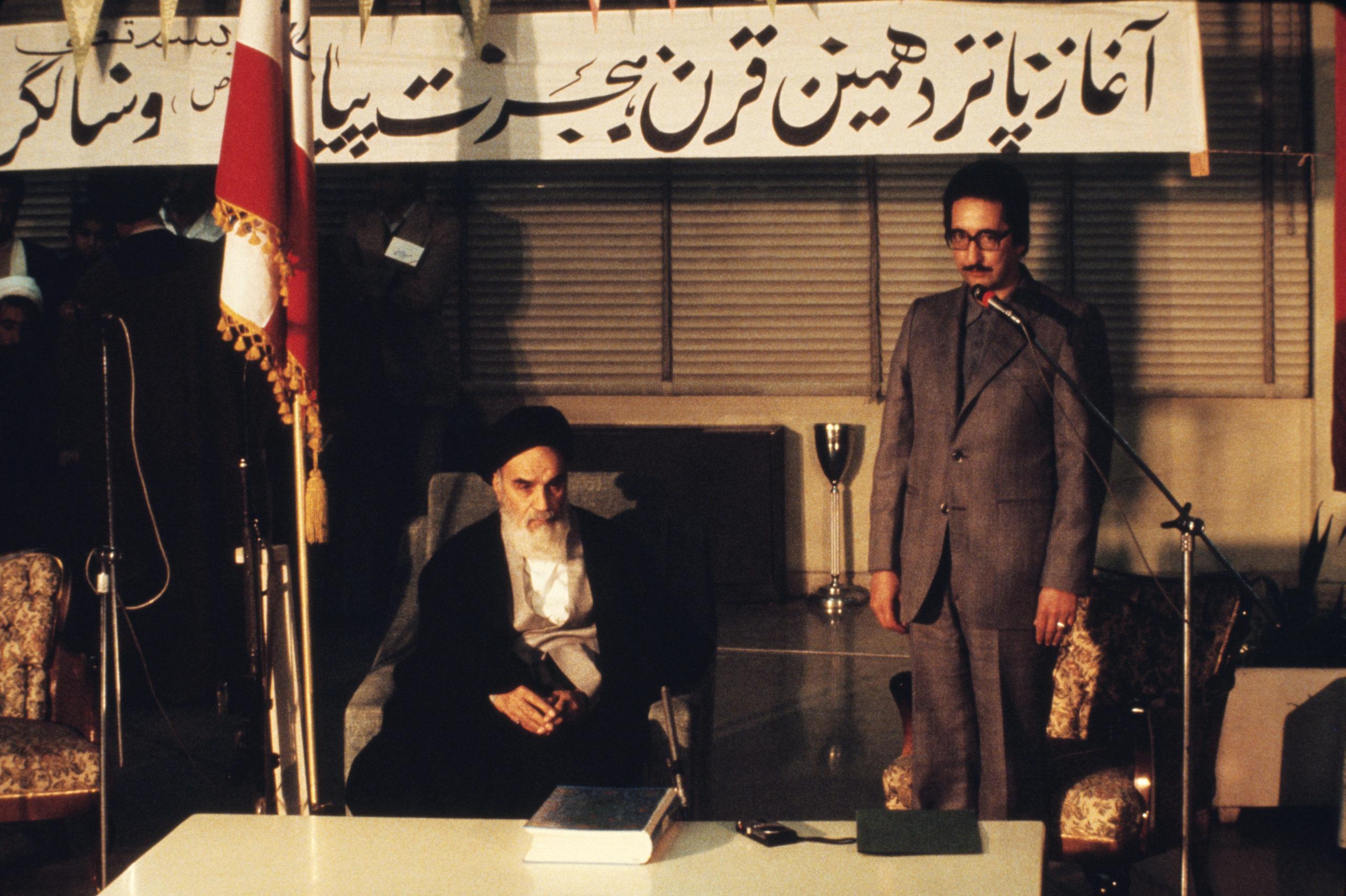 PRESIDENTTI. Abolhassan Banisadrin virkaanastujaiset helmikuussa 1980. Istumassa Iranin hengellinen johtaja ajatollah Khomeini.