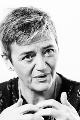 LÄSNÄOLO. Margrethe Vestageria pidettiin varapääministerinä Tanskan vaikutusvaltaisimpana poliitikkona. Tv-draama Vallan linnakkeen pääosan esittäjä haki inspiraatiota rooliinsa seuraamalla päivän ajan hänen työtään.