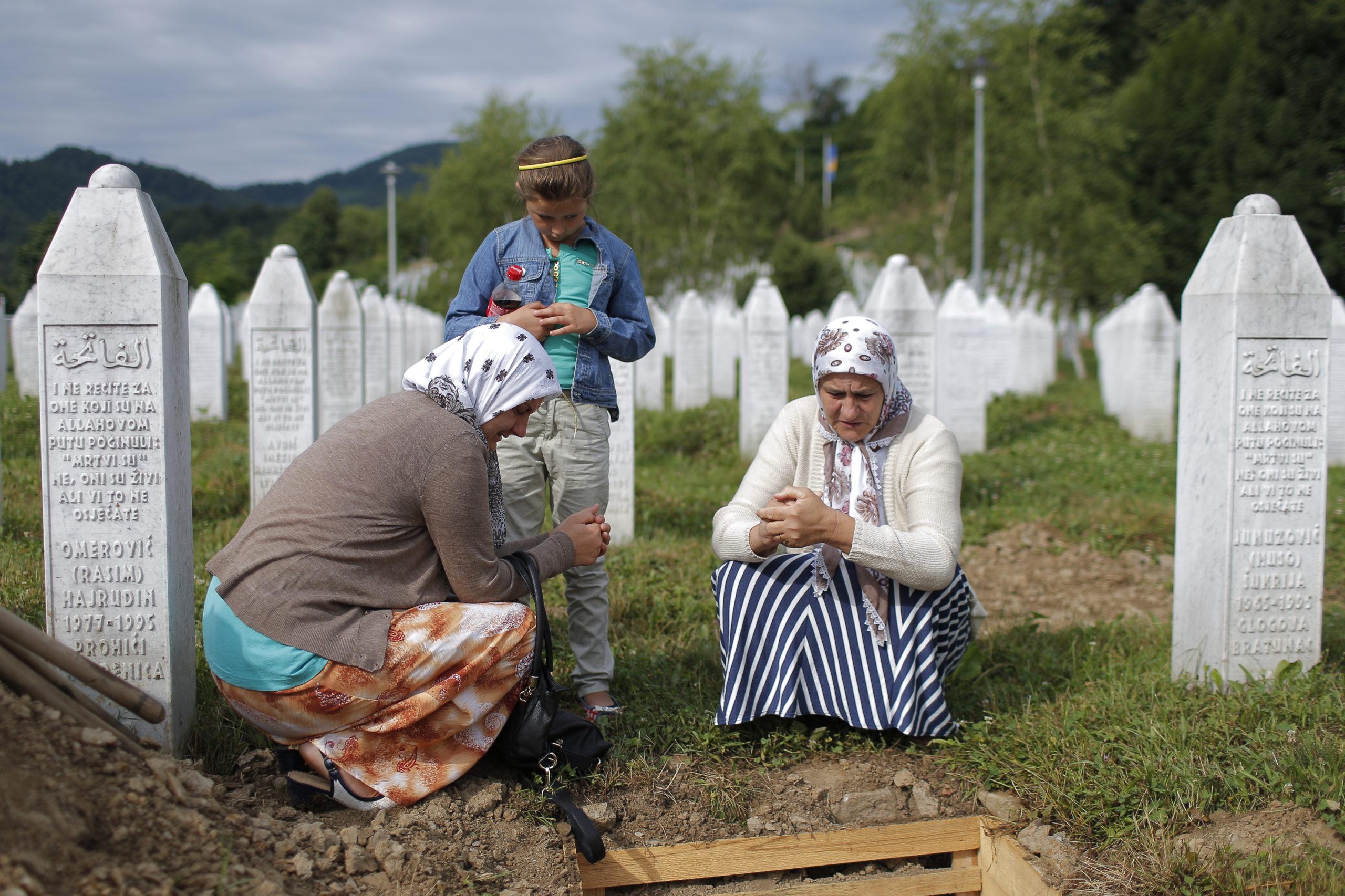 Suru. Musliminaiset muistelivat läheisiään haudoilla, kun 136 vastatunnistettua Srebrenican joukkomurhan uhria haudattiin viime heinäkuussa. Kuva: Epa/Valdrin Xhemaj/All over press