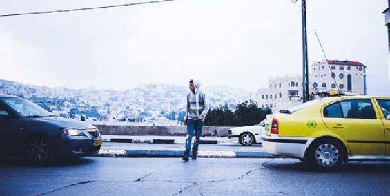Mies ylittää katua Betlehemissä. Kahden valtion mallin tuki on heikointa nuoren sukupolven keskuudessa.