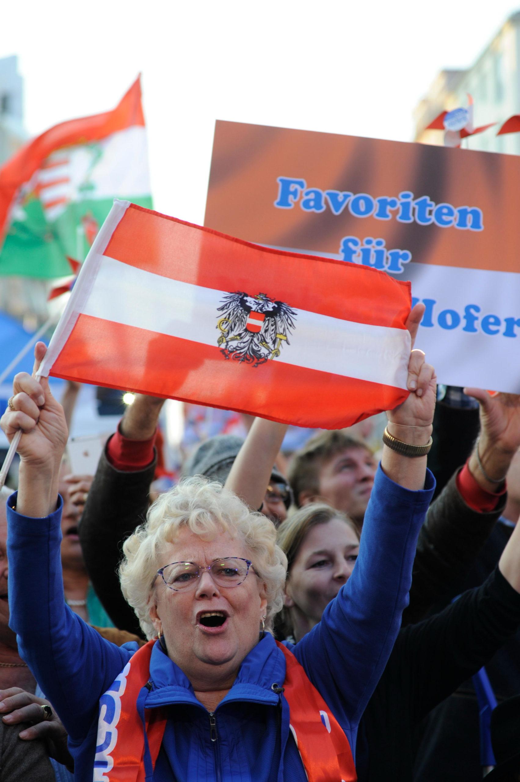 VAPAUS. Norbert Hoferin tukija kantoi Itävallan lippua vaalitilaisuudessa toukokuussa.