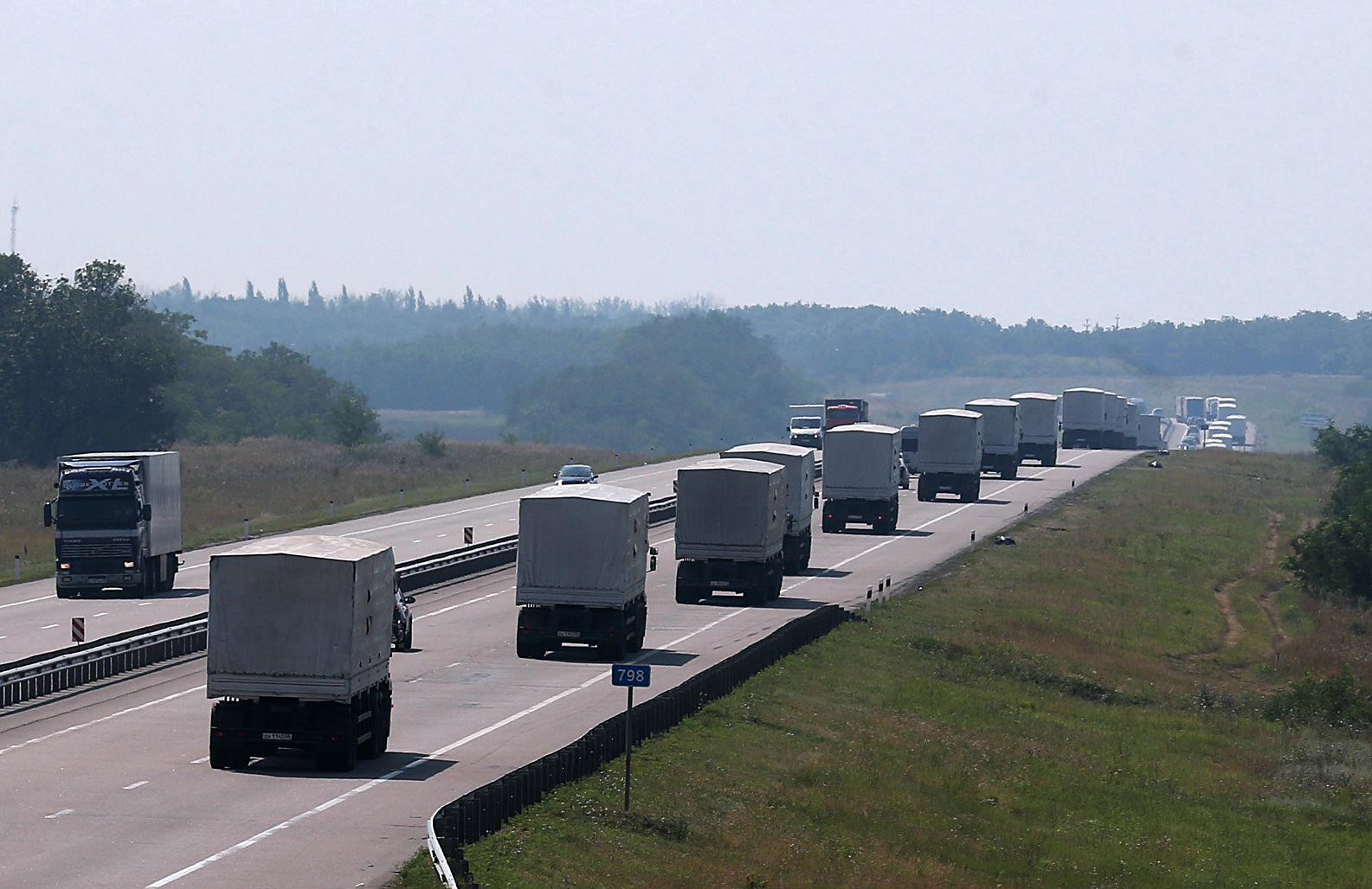Venäjän »avustussaattueeksi» nimeämä rekkakolonna ylitti Ukrainan rajan pari vuotta sitten.