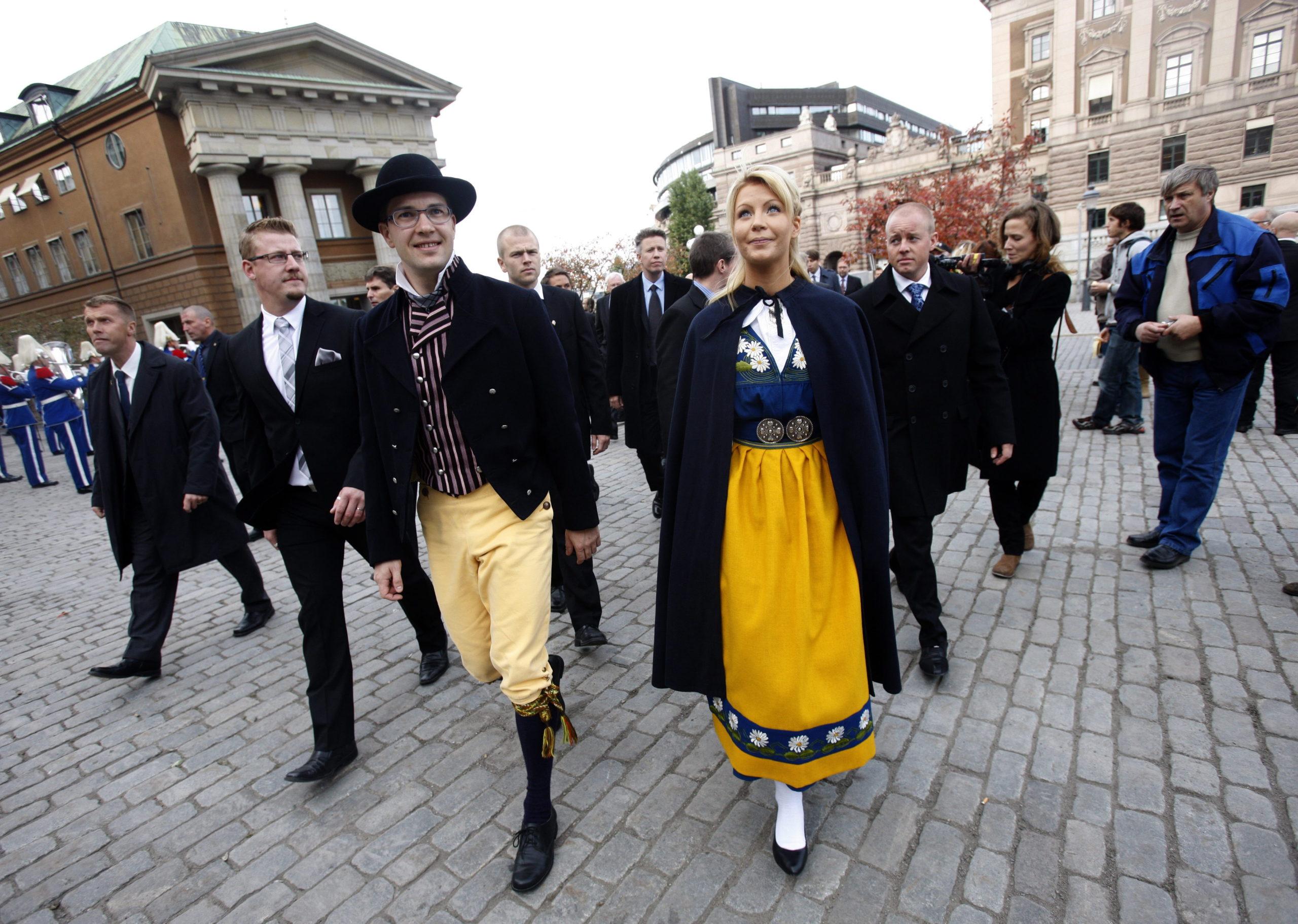 Ruotsidemokraattien johtaja Jimmie Åkesson osallistui puolisonsa Louise Erixonin kanssa valtiopäivien avajaisiin 2010.