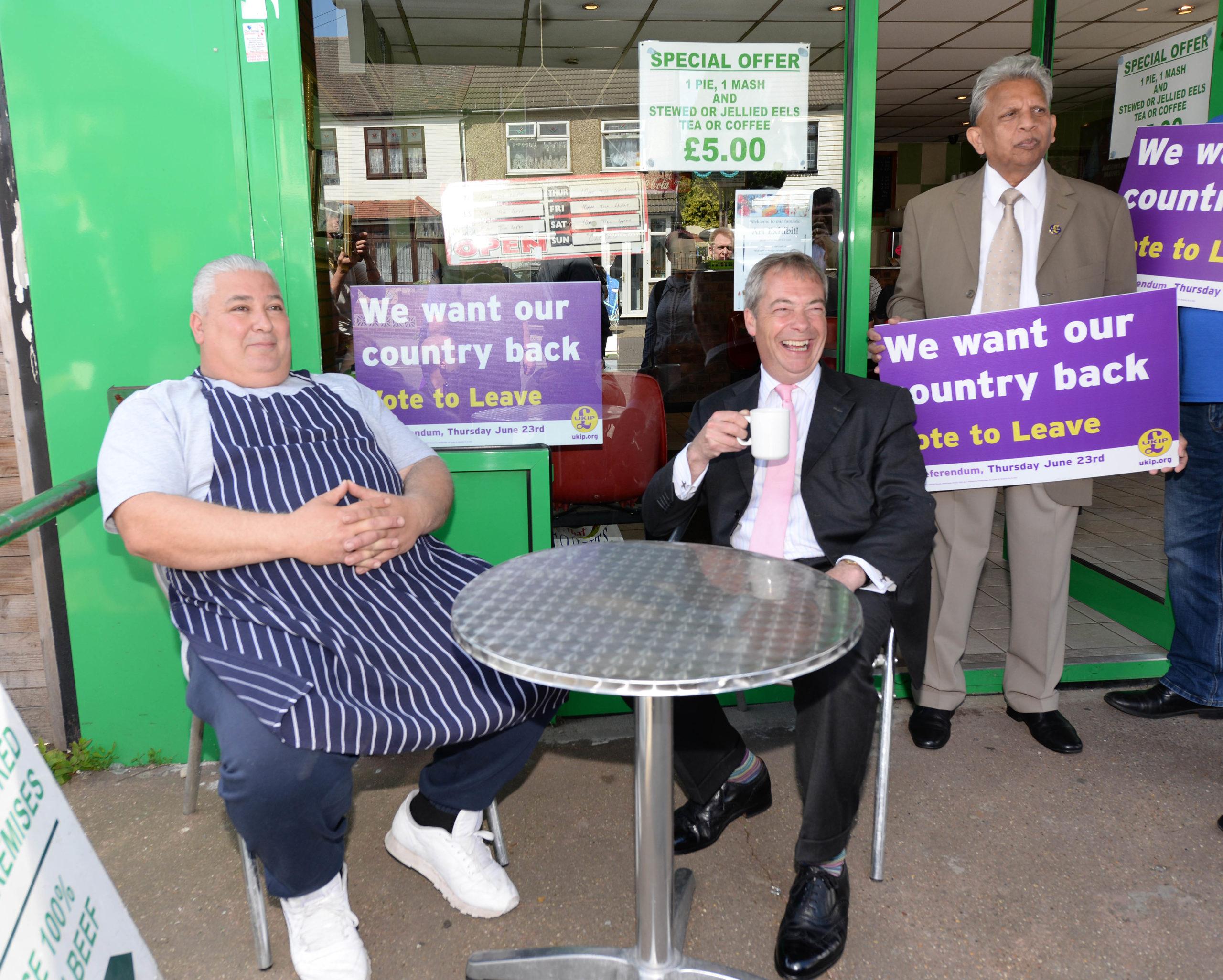 UKIP-johtaja Nigel Farage (keskellä) puhui paikallisille EU-eron puolesta toukokuussa Lontoon itäpuolella Dagenhamissa. KUVA: ALL OVER PRESS/SPLASHNEWS/STEVE FINN