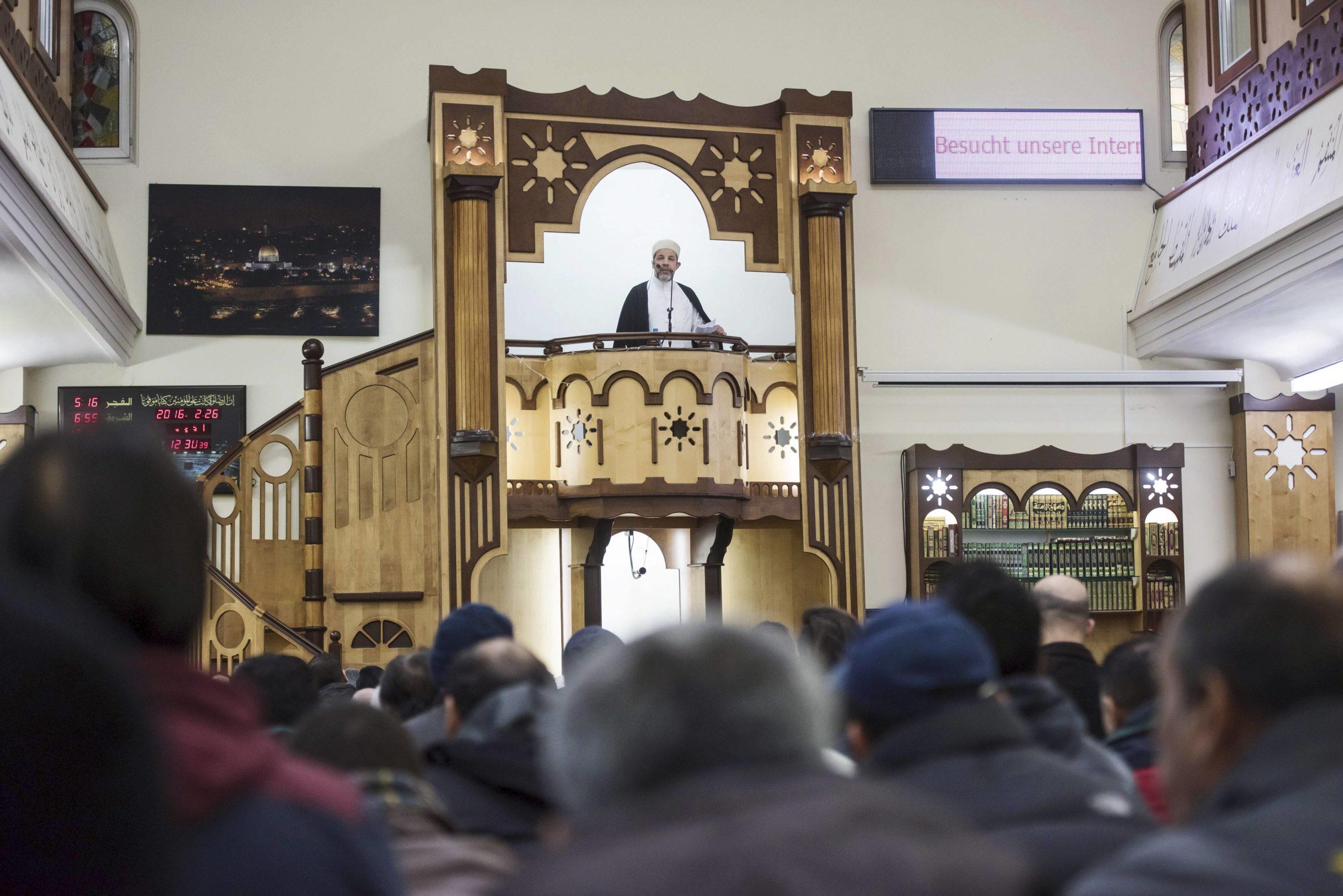 Imaami Mohammad Taha Sabri on palkittu työstään äriliikkeitä vastaan. Hän johti perjantairukousta helmikuussa berliiniläisessä moskeijassa.