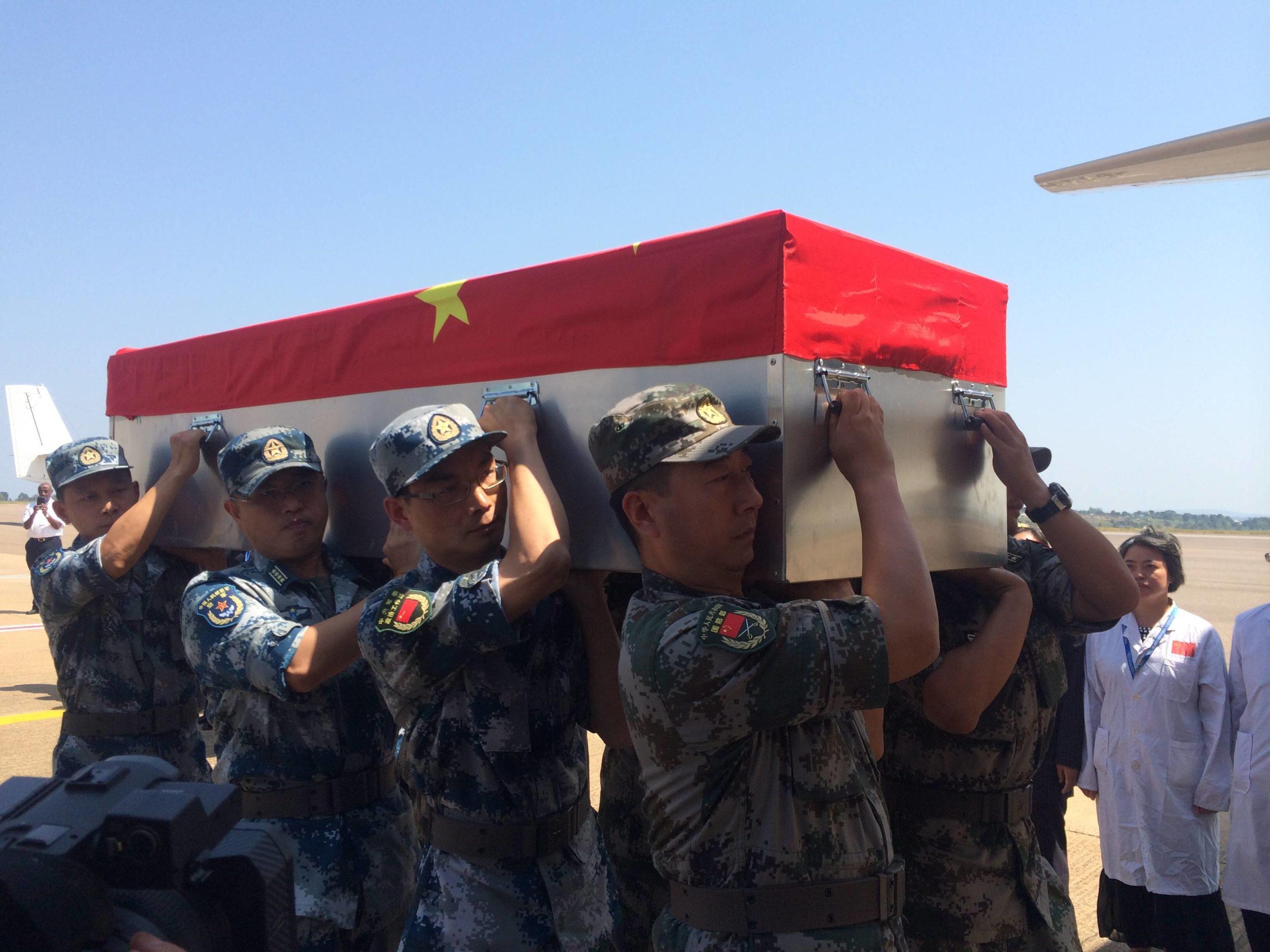 Sotilaat kantavat Etelä-Sudanissa kaatuneen kiinalaisen rauhanturvaajan arkkua heinäkuussa 2016.