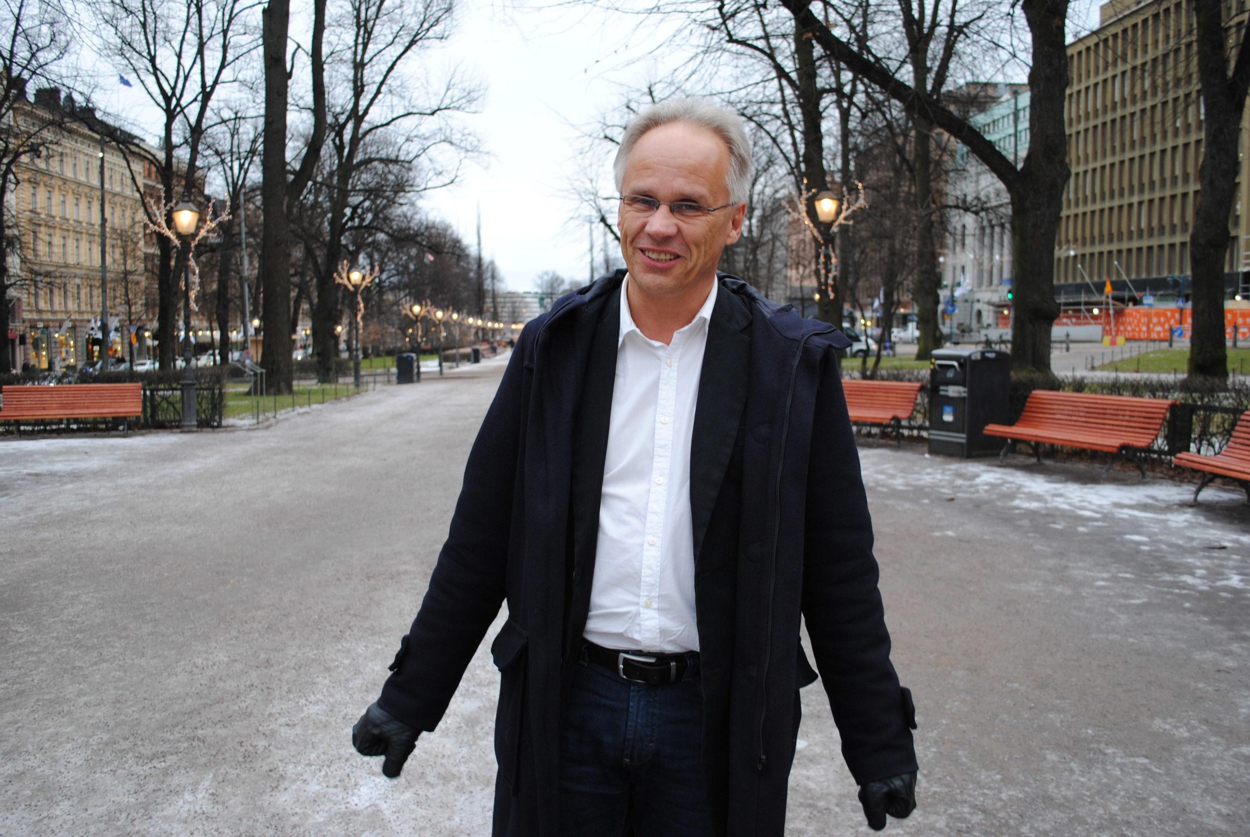 Heino Nyyssönen harrastaa poliittista matkailua. »En usko, mitä Unkarista kirjoitetaan, vaan menen paikan päälle katsomaan. Se tulee toimittajataustastani.»