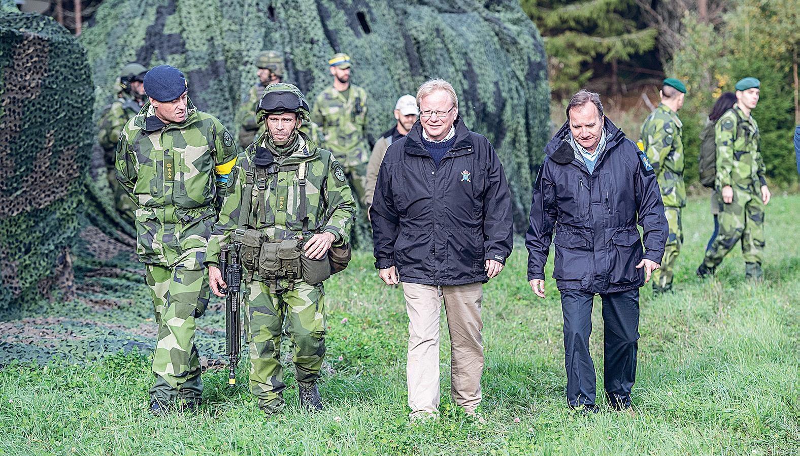 Pääministeri Stefan Löfven (oik.) ja puolustusministeri Peter Hultqvist vierailivat Ruotsin järjestämässä Aurora-sotaharjoituksessa viime syyskuussa. Harjoitukseen osallistui myös kuusi Nato-maata.