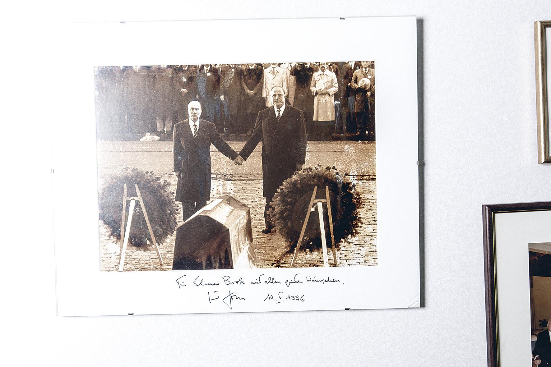Seepiansävyiset kuvat Brokin Brysselin-työhuoneessa ovat lahja Saksan entiseltä liittokanslerilta Helmut Kohlilta.