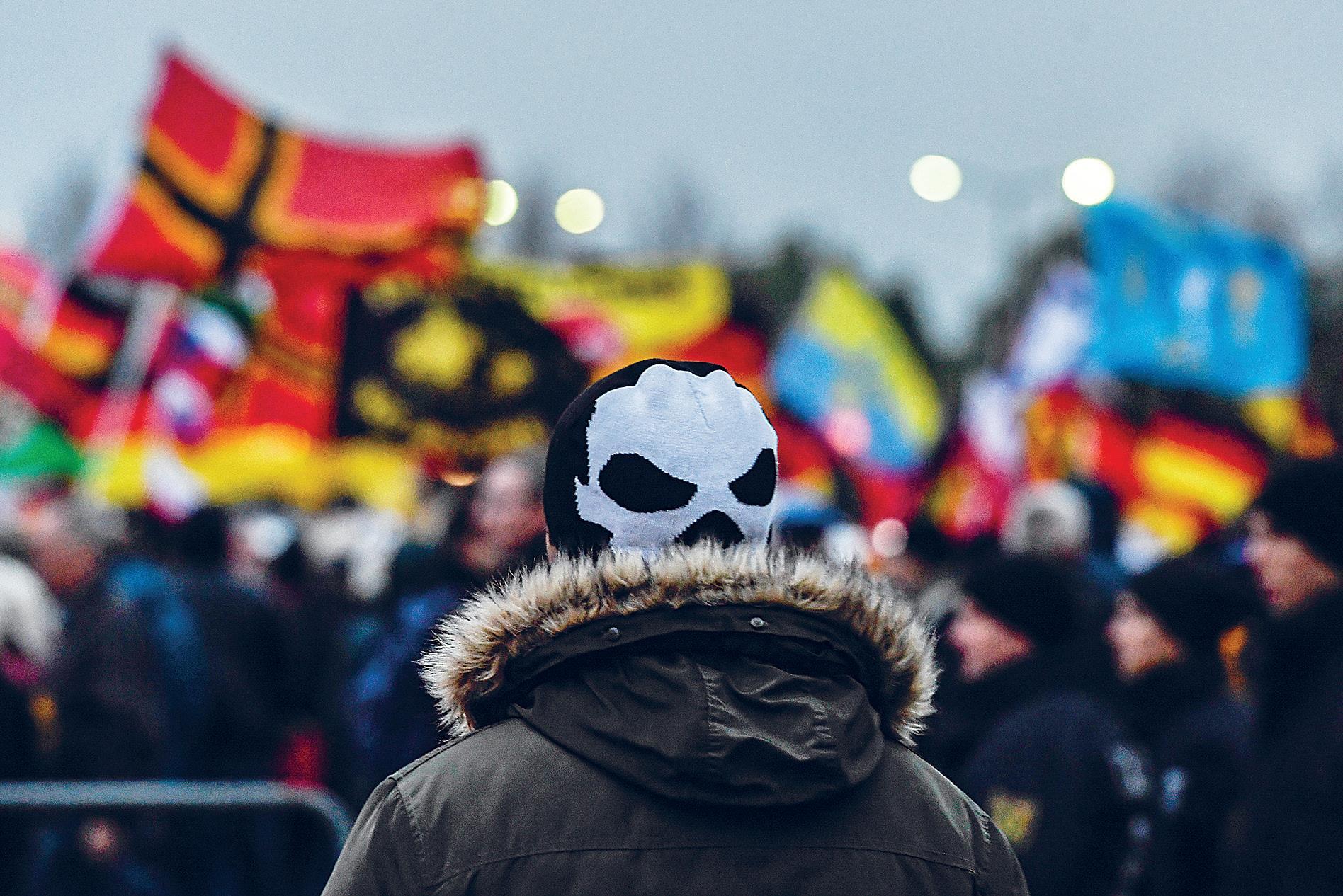 Tuhansia islaminvastaisen Pegida-liikkeen jäseniä kokoontui lokakuussa 2017 Dresdeniin juhlimaan liikkeen kolmivuotista historiaa.