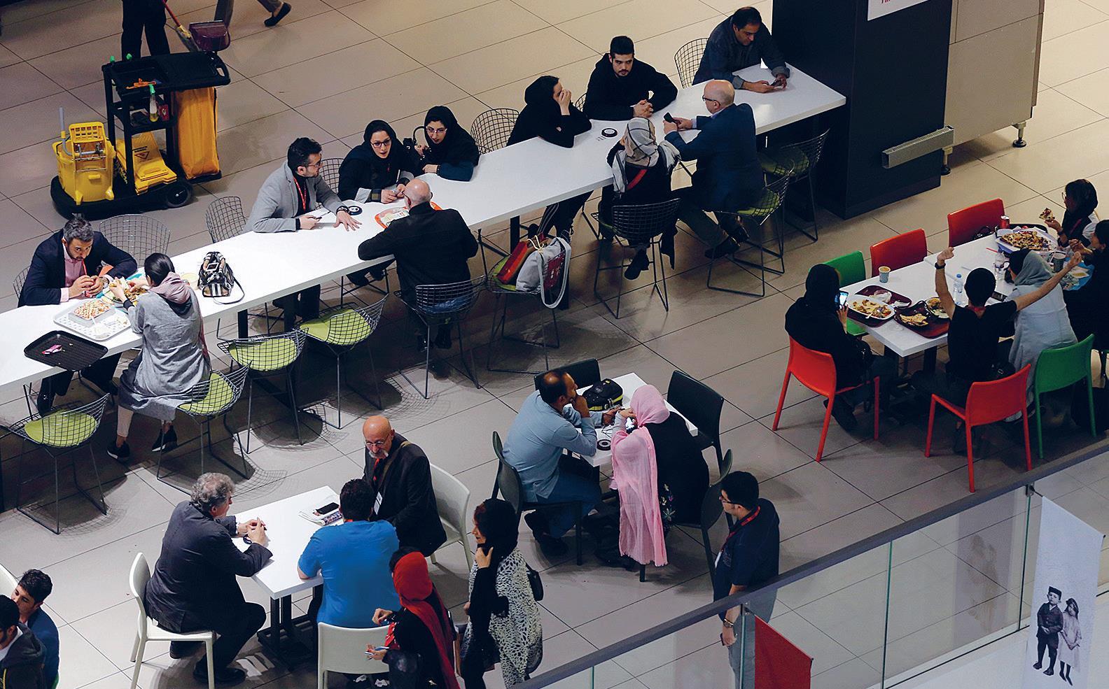Iranilaisia lounaalla teheranilaisessa kauppakeskuksessa huhtikuussa.