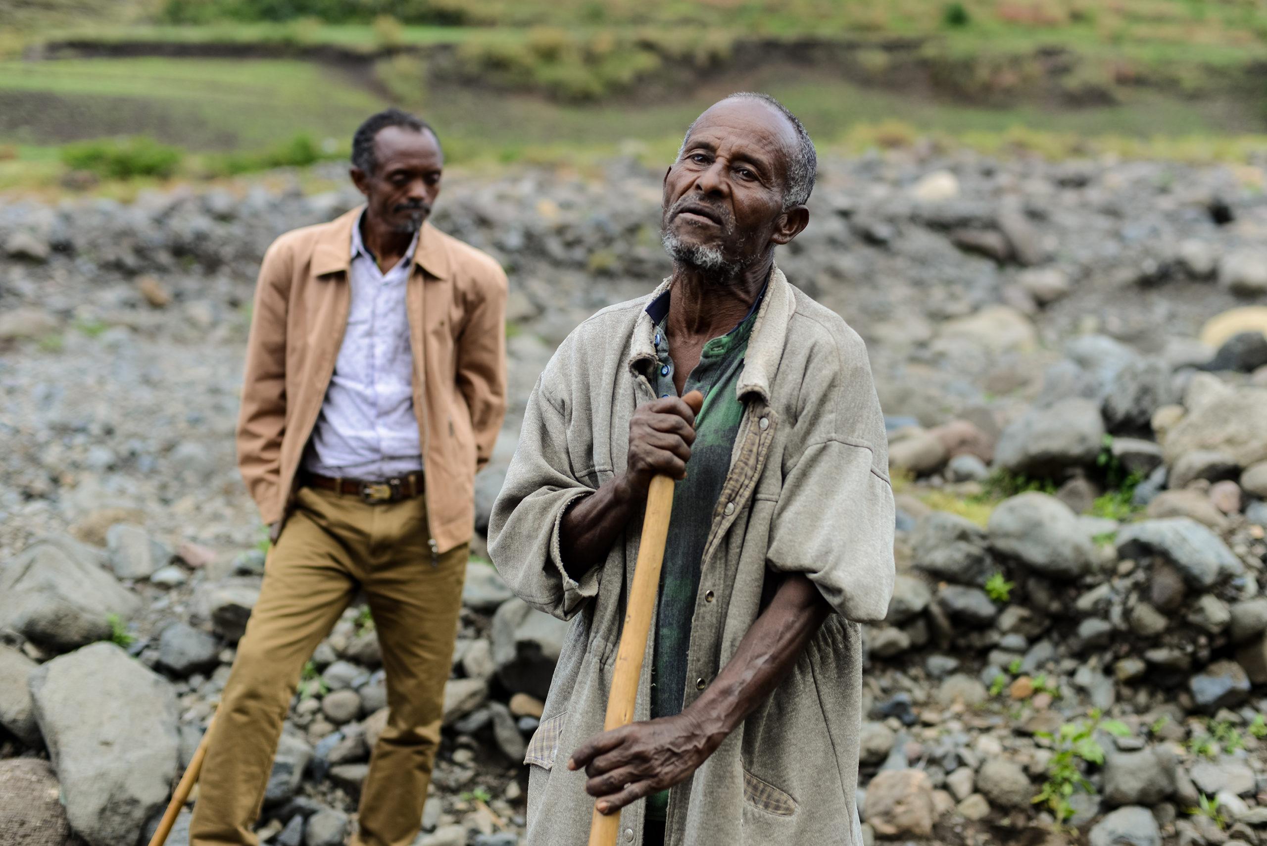 Mulugeta Abebe (edessä) tarvitsee viljelyksilleen kastelujärjestelmän Etiopian Sirinkassa.
