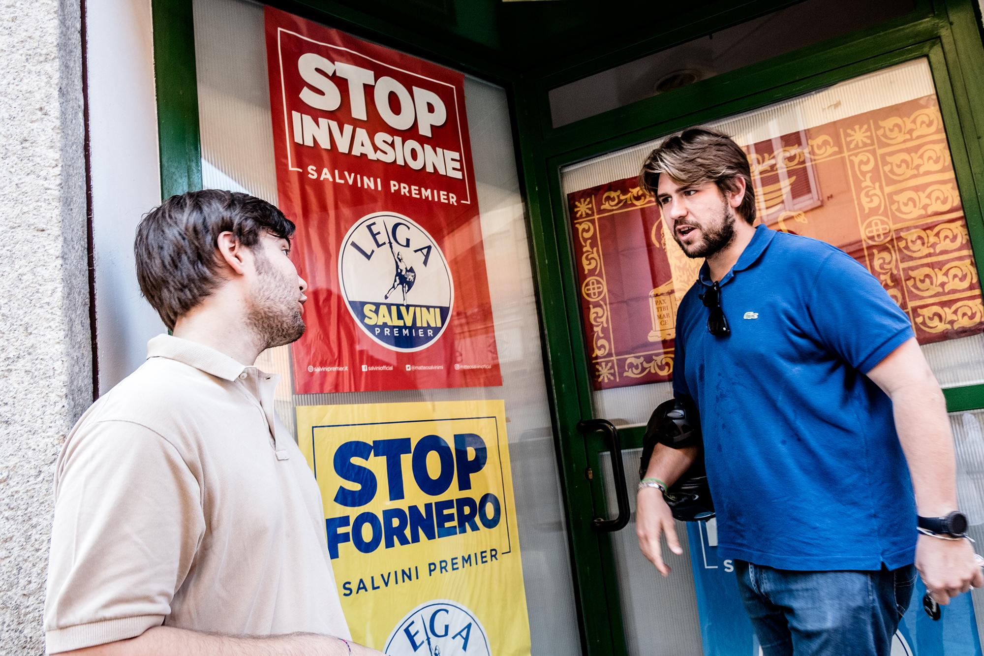 Fabio Marchiori ja Federico Martegani Liiton paikallistoimiston ovella. Julisteissa vaaditaan  loppua maahanmuuttajien invaasiolle sekä entisen työministerin Elsa Forneron mukaan  nimetylle eläkelaille.
