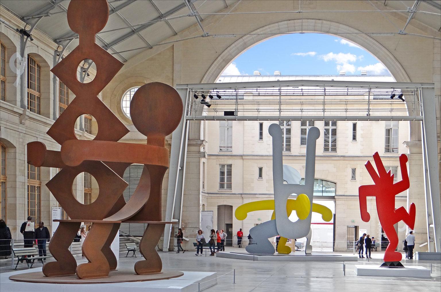 Pariisin 104-keskus toimii näyttelytilana nuorille taiteilijoille.