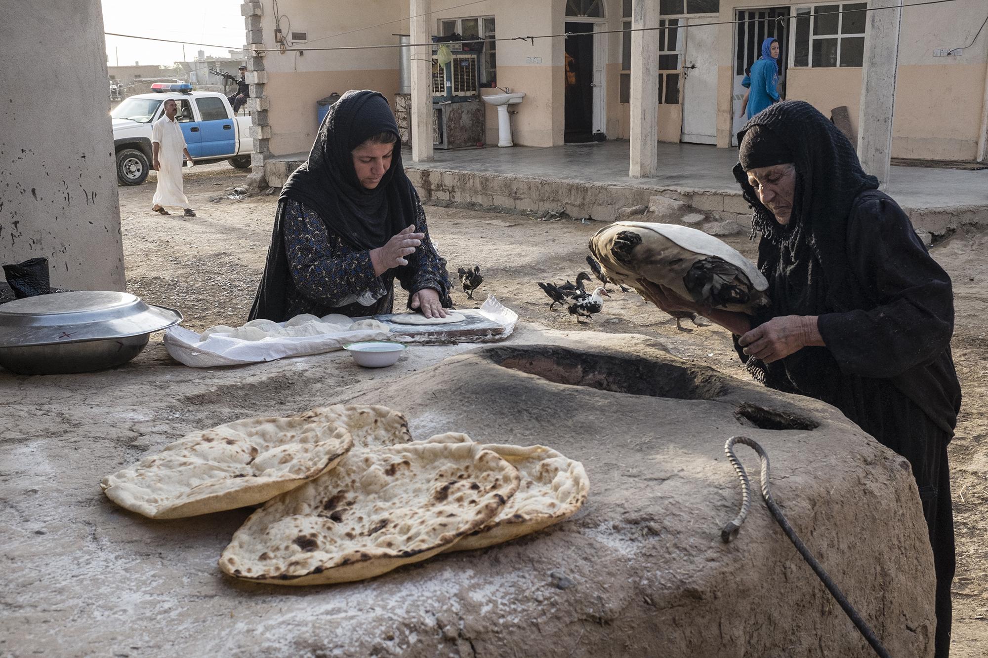 Arabinaiset leipovat leipää Mula Abdullan kylässä Kirkukin eteläpuolella.