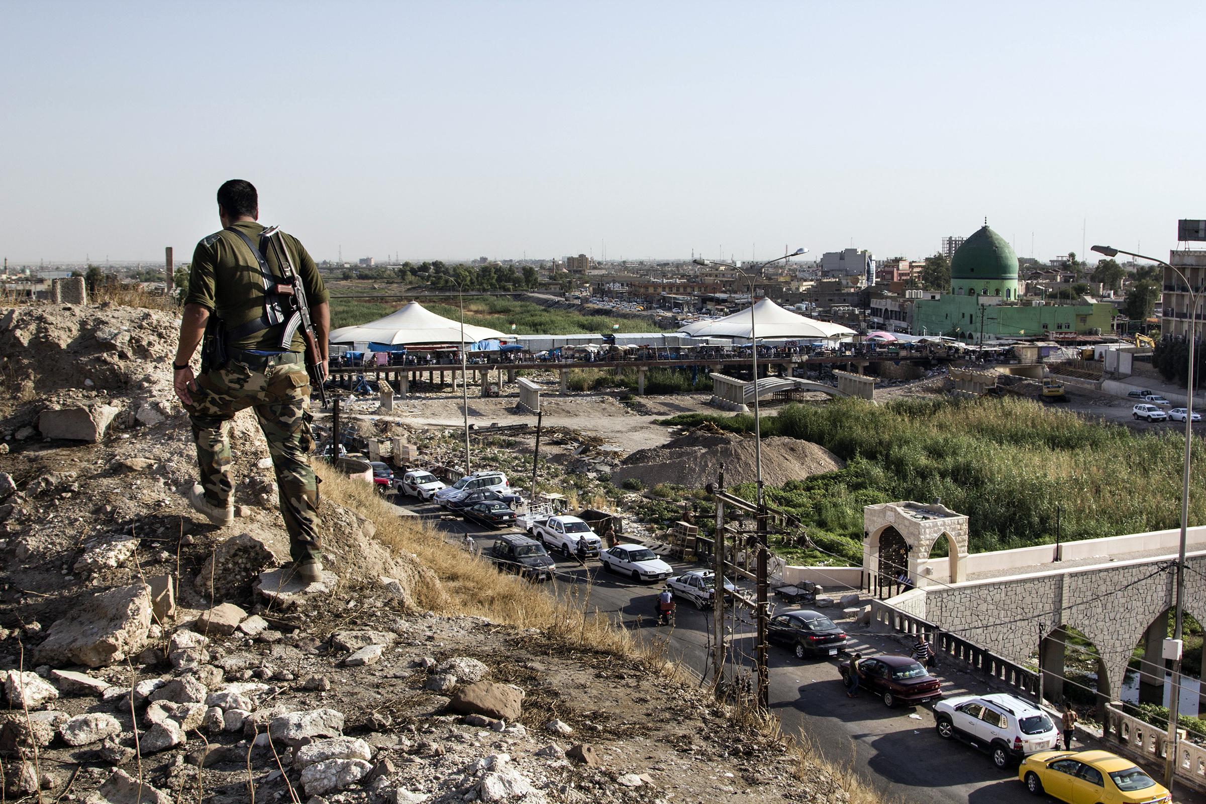 Kurdien peshmerga-sotilas partioi Kirkukin linnakkeen muureilla. Kuva on vuodelta 2014. Syksyllä 2017 Irakin armeija otti Kirkukin hallintaansa.