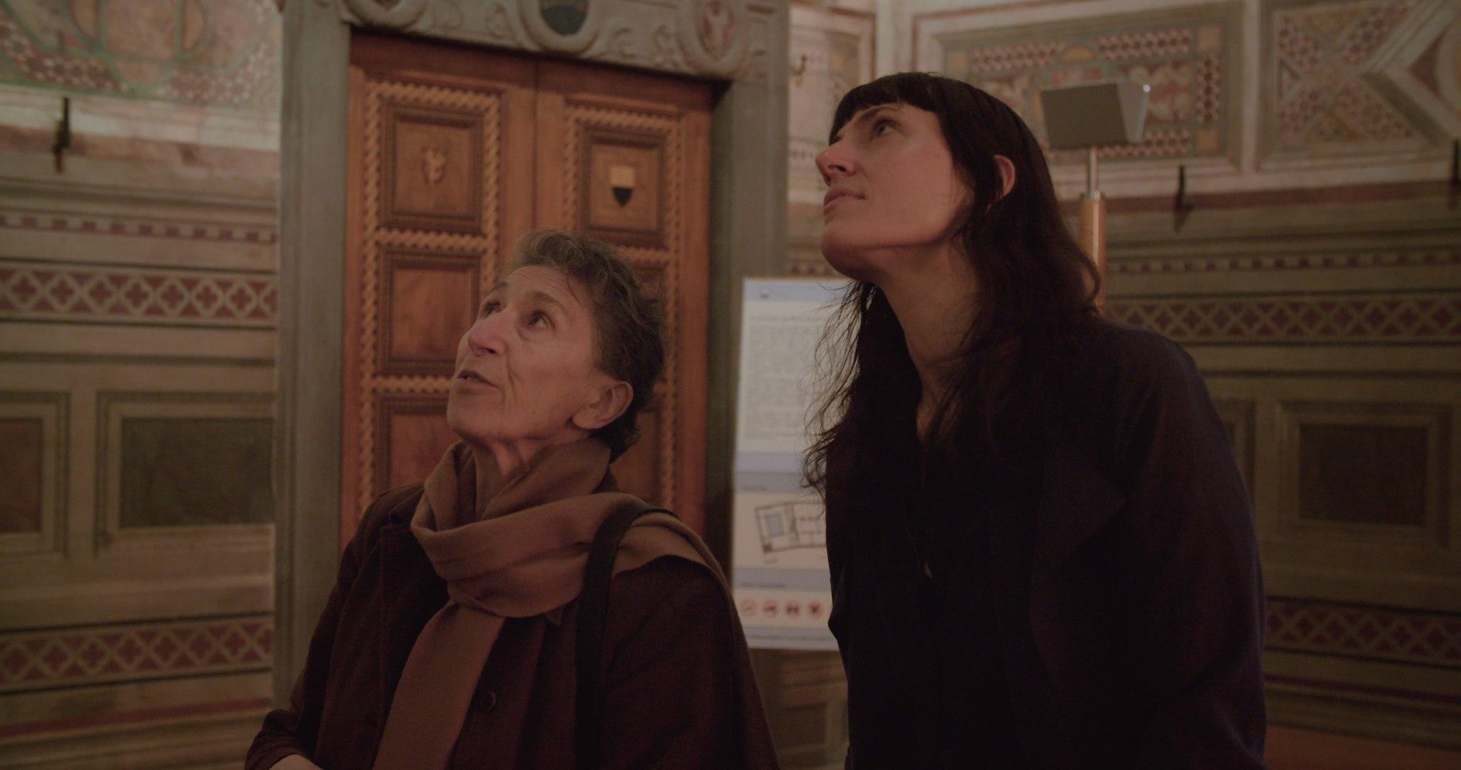 Ohjaaja Astra Taylor (vasemmalla) pohtii elokuvassaan demokratian ydinajatuksia.