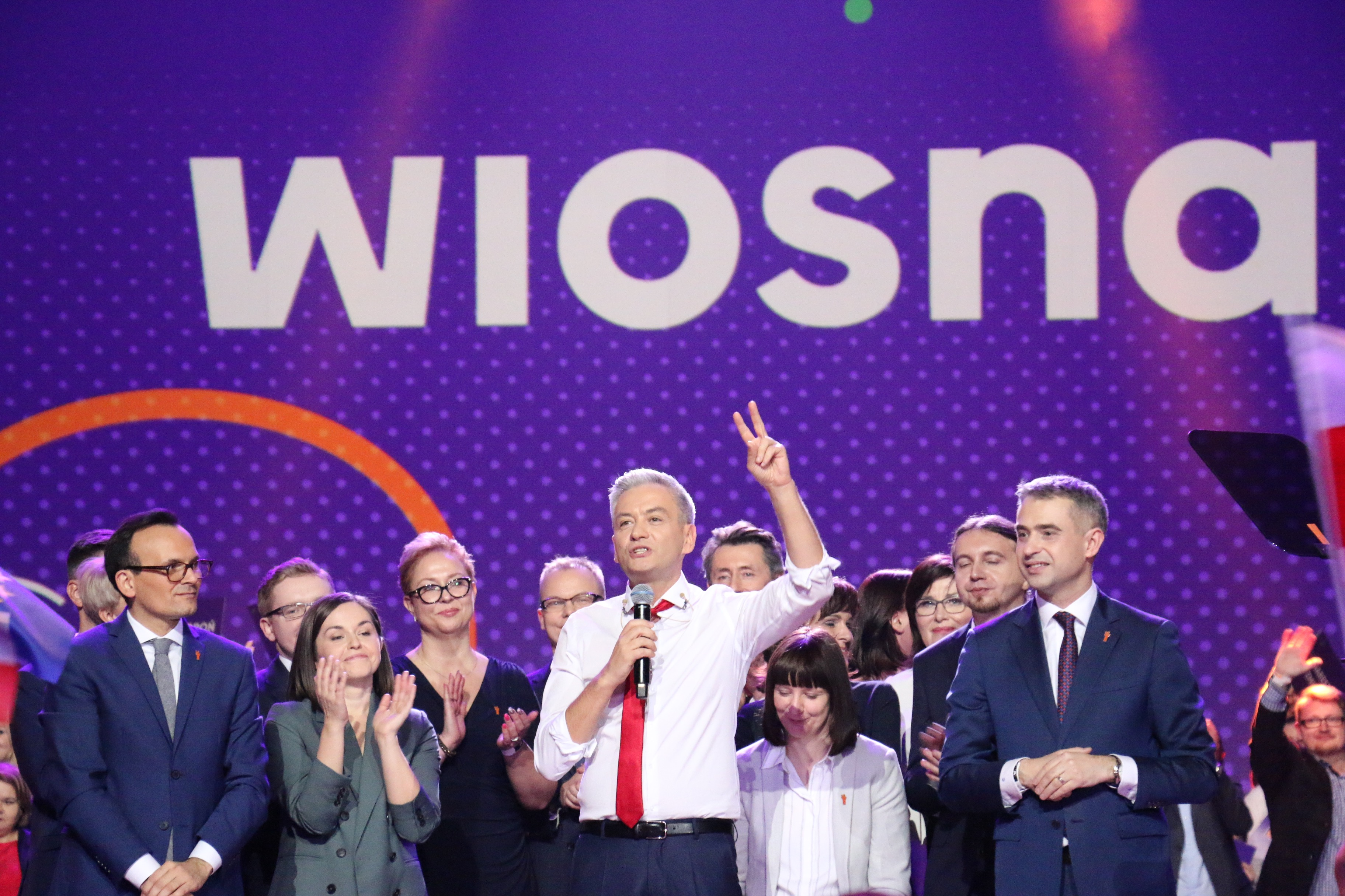 Robert Biedrońin johtaman vasemmistoliberaalin Kevät-puolueen perustamisesta kerrottiin 6000 kuulijalle Varsovan Torwar-hallissa helmikuun alussa.