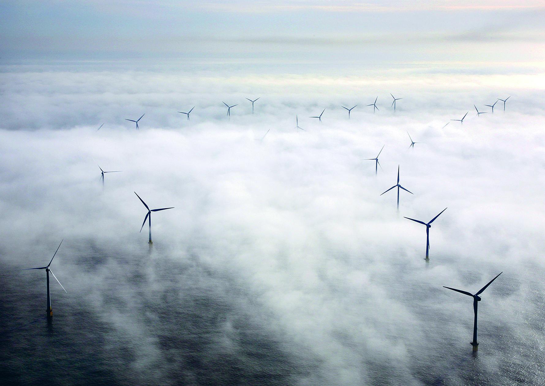 Tuulivoimaloita Britannian itärannikolla. Maan energiantuotannosta noin kolmannes on uusiutuvaa energiaa. Kuva: Albanpix / Rex / All Over Press