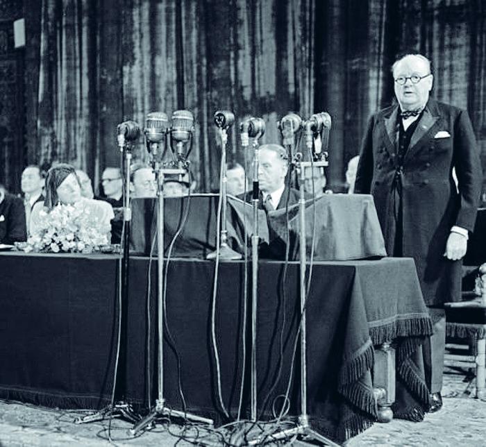 Winston Churchill Haagin kongressin puheenjohtajana 1948.