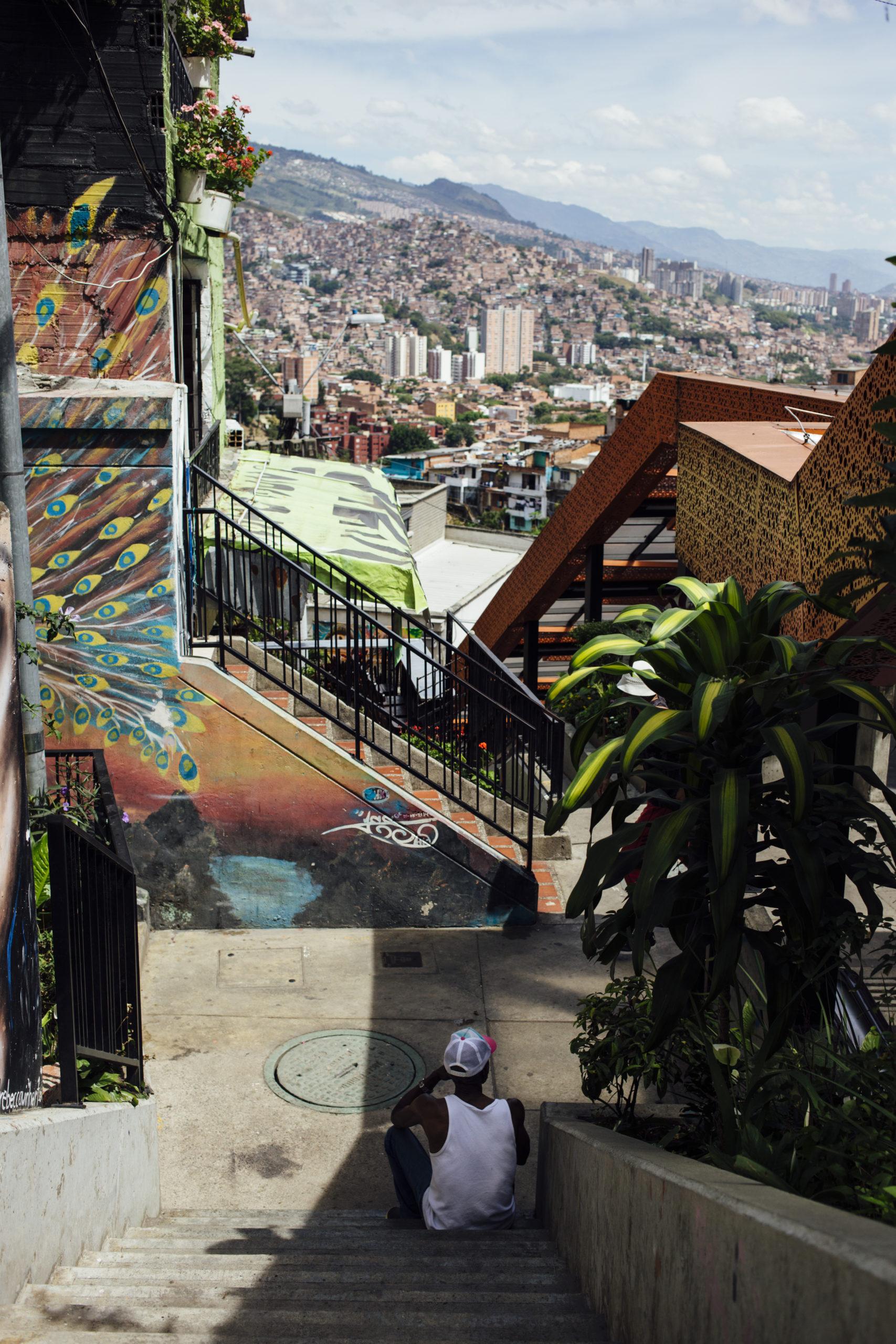 Aseelliset ryhmät hallitsevat Comuna 13:n sokkeloisia kortteleita.