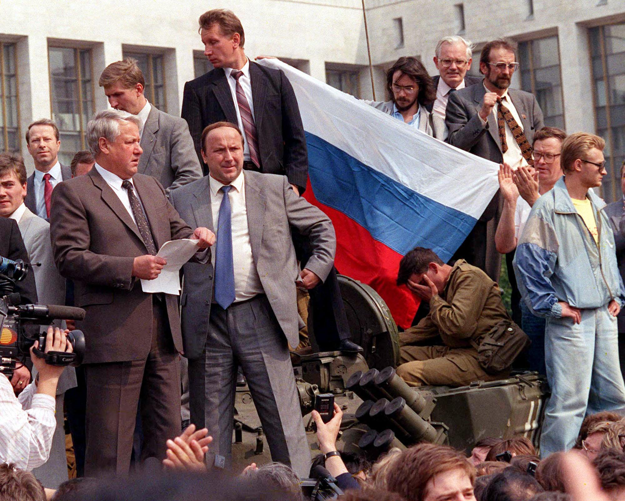 Vielä vuonna 1991 turvamies Viktor Zolotov (ylimpänä) oli statistin roolissa.