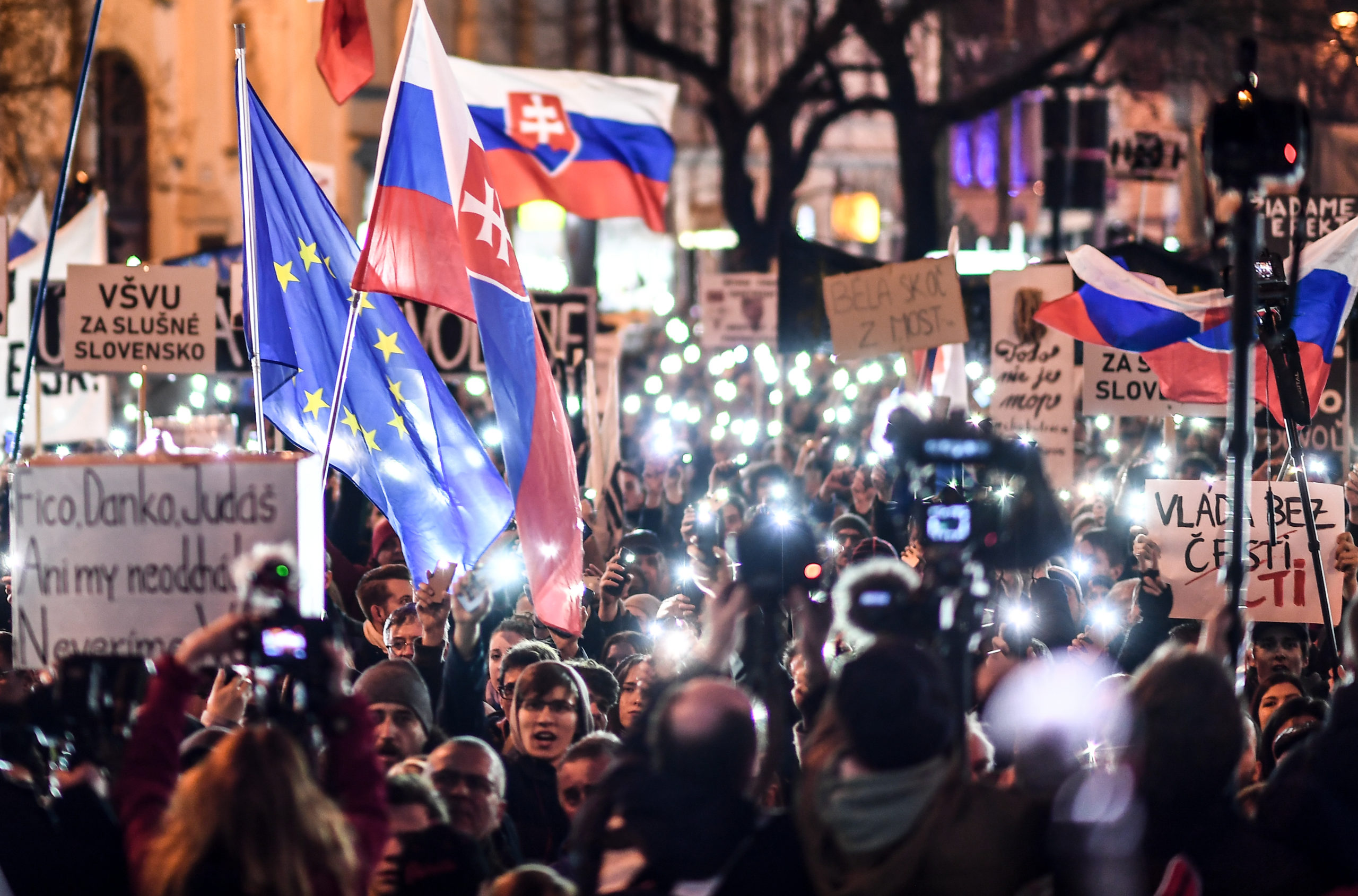 Ihmiset lähtivät Bratislavassa kaduille slovakialaisen toimittajan Ján Kuciakin ja   tämän tyttöystävän Martina Kušnírován kaksoismurhan jälkeen helmikuussa 2018.