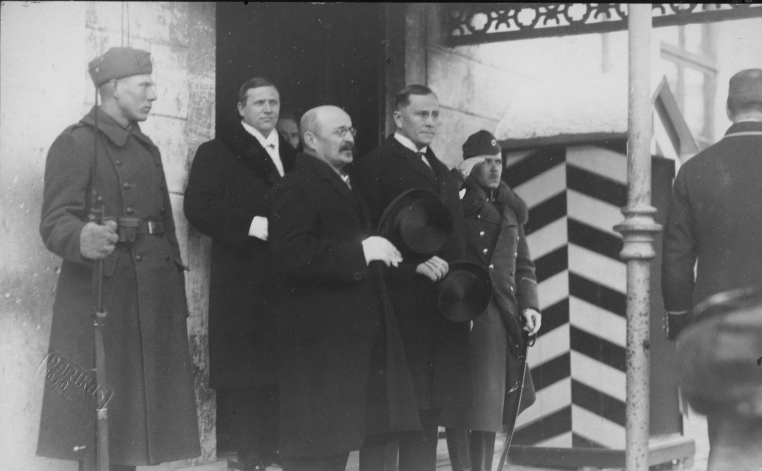 Suomen Tallinnan-suurlähettiläs Erkki Reijonen Toompean linnan edustalla syyskuussa 1922.