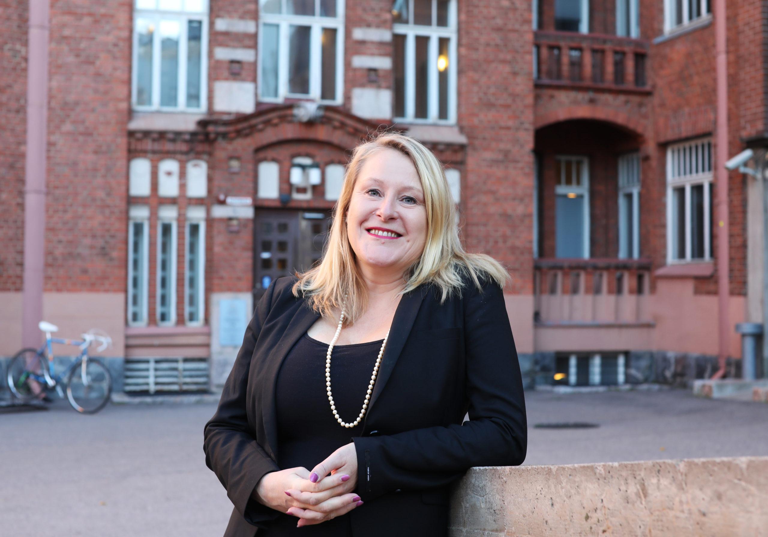 Suomalaiset tarvitsisivat nykyistä enemmän kansalaistaitoja arkipäivän rasismiin  puuttumiseksi, sanoo professori Reetta Toivanen.