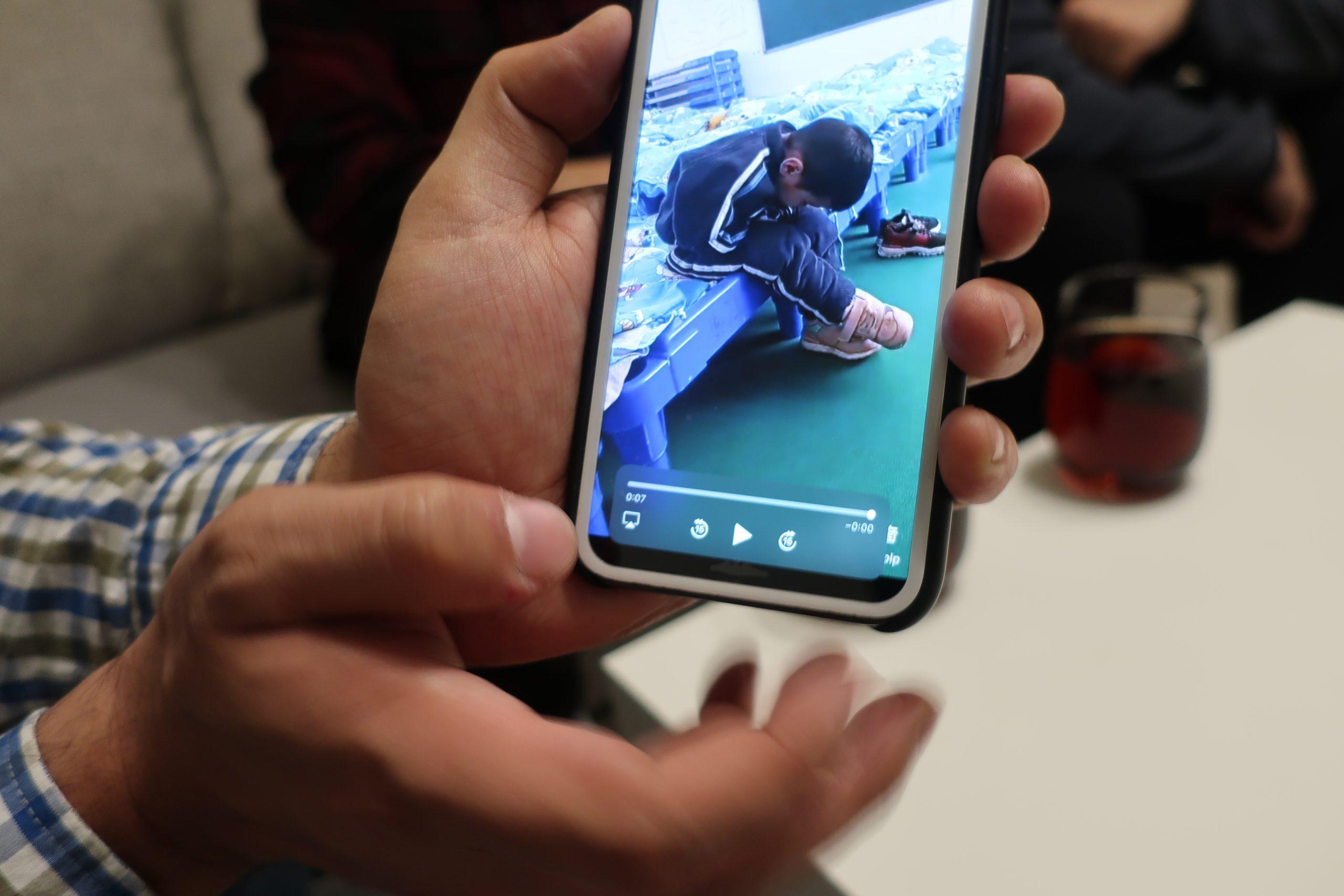 Ahmet Omer näyttää Xinjiangista saamaansa videonpätkää. Se ja vastaavat videot todistavat pakkotyöleireistä ja epäinhimillisistä elinoloista. Kuva: Salla Nazarenko