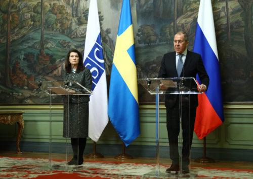 Ann Linde ja Sergei Lavrov puhuivat tiedotusvälineille Moskovassa. Kuva: AOP