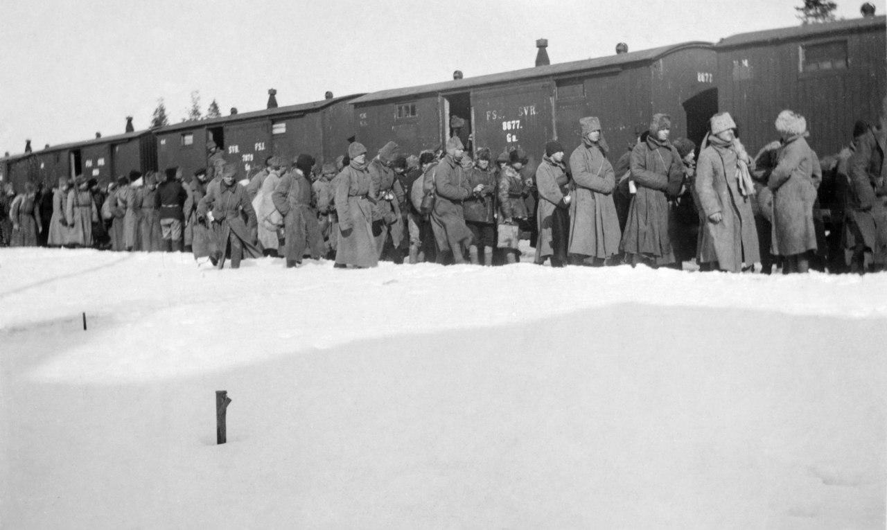 Kronstadtista tulleita pakolaisia johdatettiin junaan Koivistossa Viipurin edustalla. Kuva: Onni Kuittu/Museovirasto