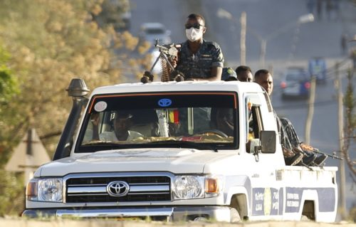 Etiopian armeijan sotilaita lava-autossa