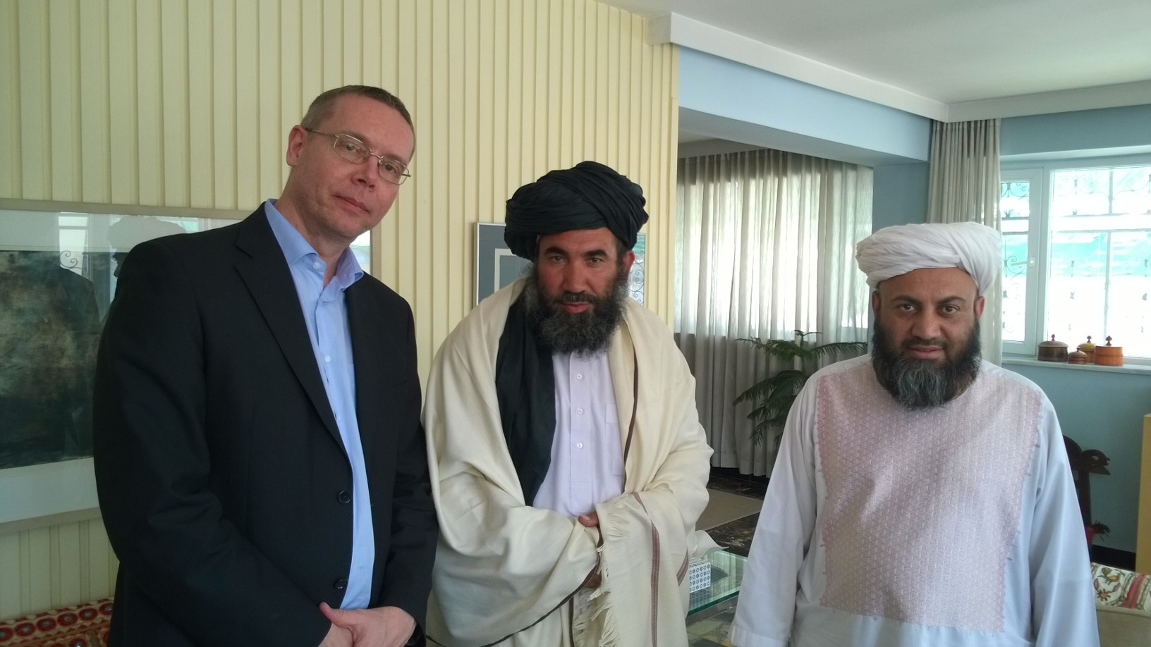 Olli Ruohomäki tapasi Taliban-hallinnon sisäpiiriläiset Mullah Abdul Salaam Zaaefin ja Ahmed Mutawakilin kesällä 2017. Kuva: Olli Ruohomäen kotialbumi