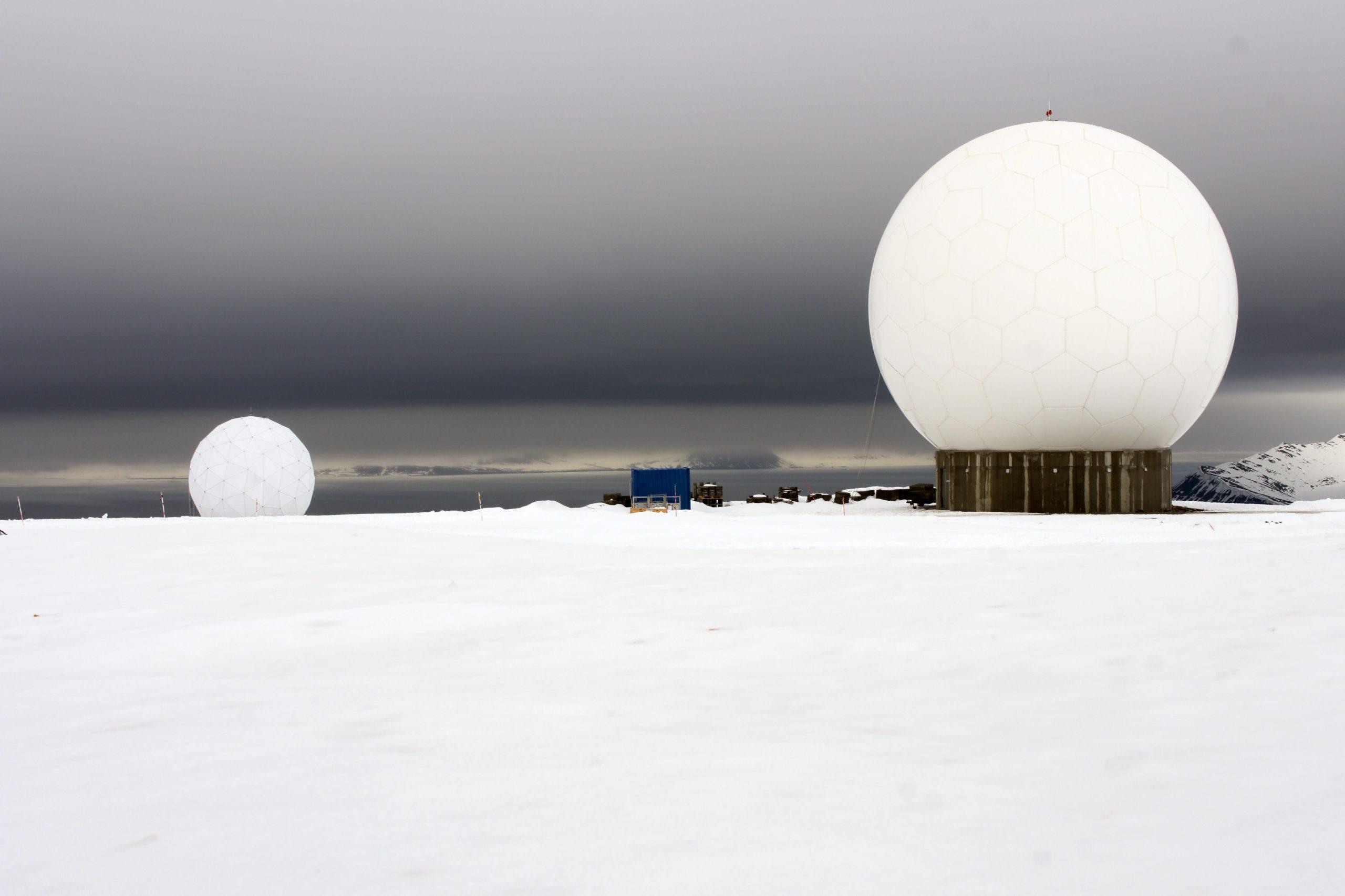 Svalsat-aseman satelliittiantennien kuvut hallitsevat maisemaa Platåbergetin laella Longyearbyenin lähellä.