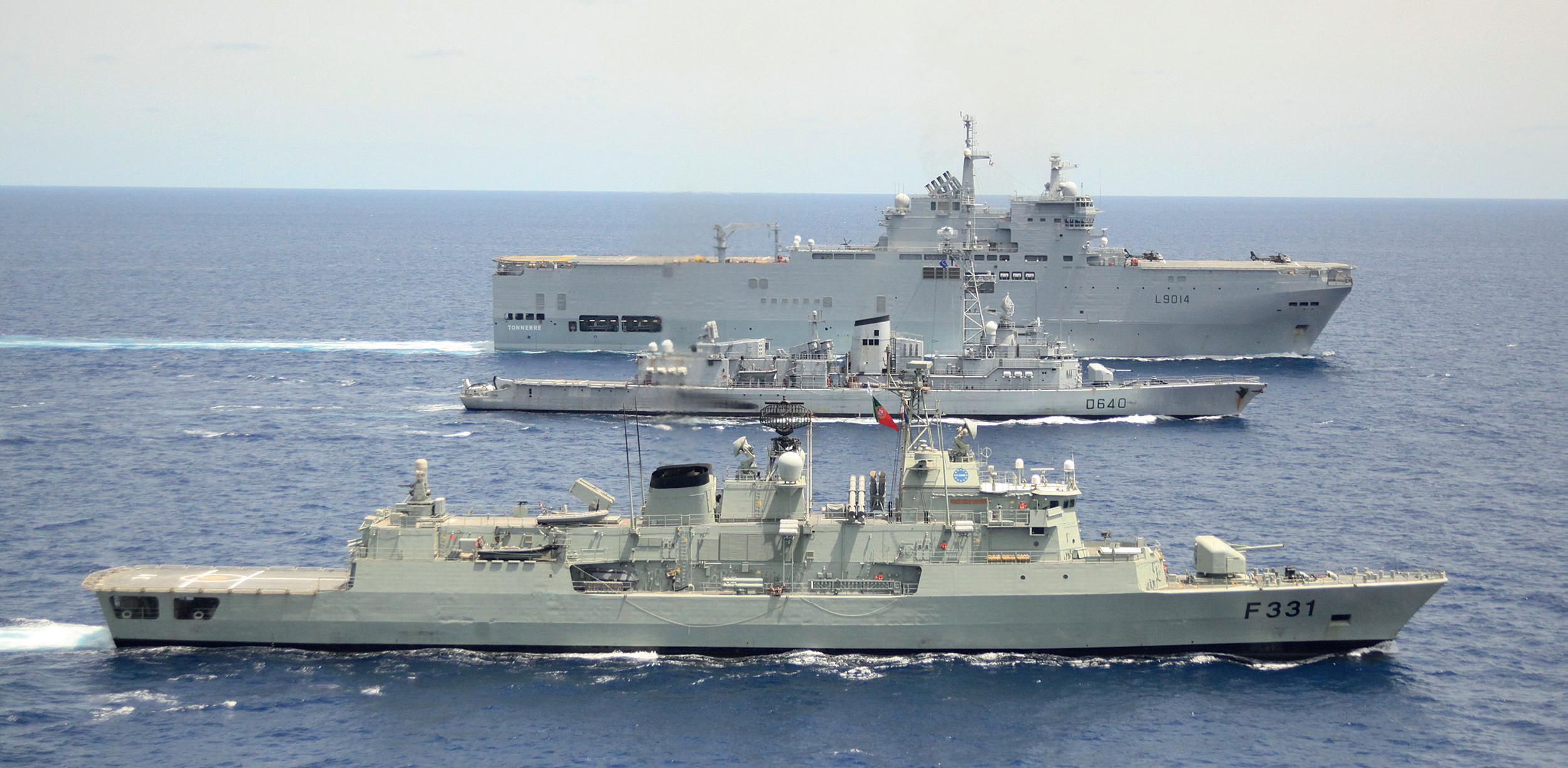 Unionin jäsenmaat ovat lähettäneet Somalian rannikolle raskaita sota-aluksia. Toukokuussa ranskalainen helikopterien tukialus ja hävittäjä kohtasivat Atalanta-operaation lippulaivan, portugalilaisen fregatin Alvares Cabralin (etualalla).
